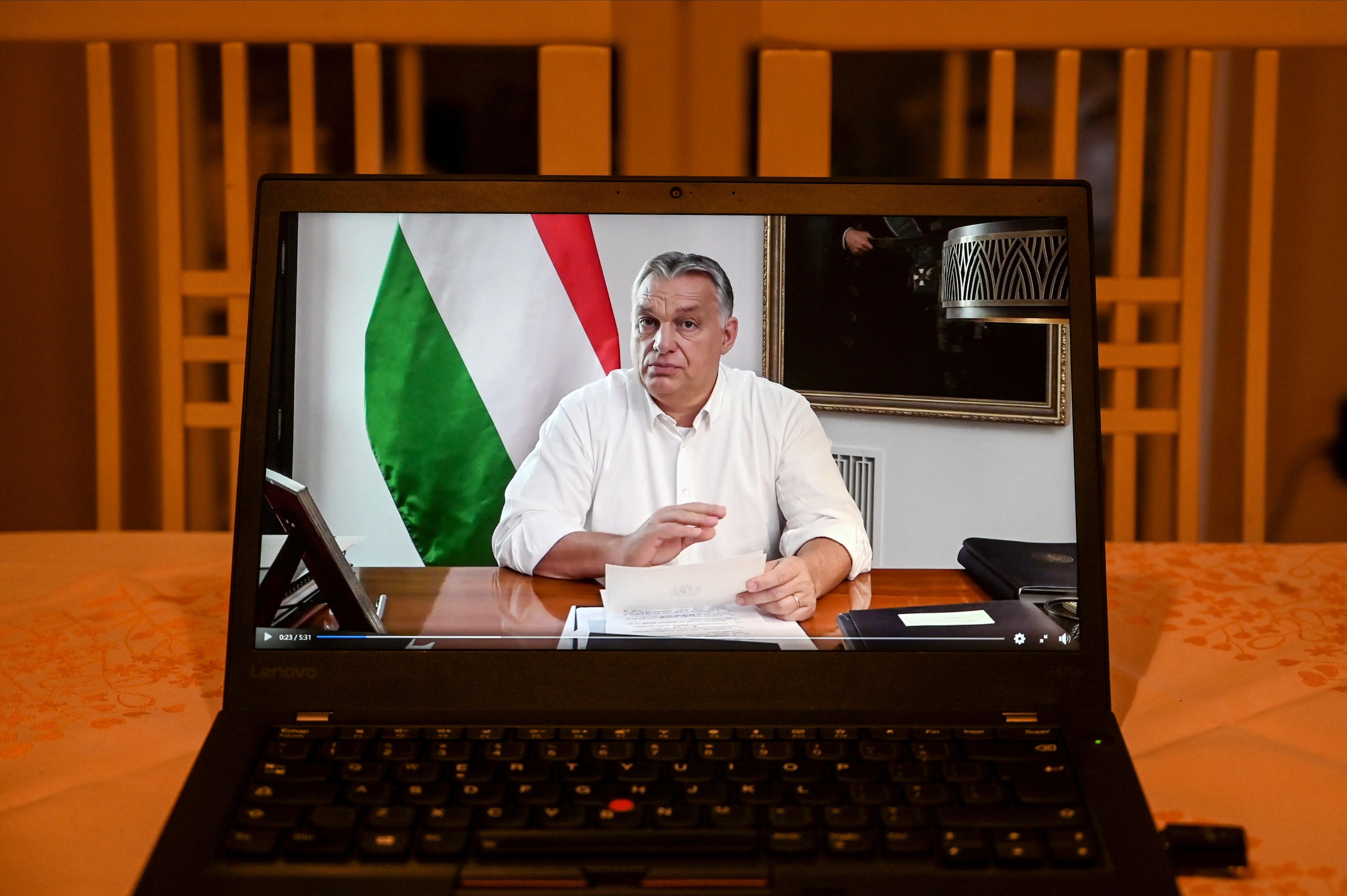Orbán szerint a boltok általános bezárása helyett négyzetméter-alapú korlátozásról tárgyalhat szerdán a kormány