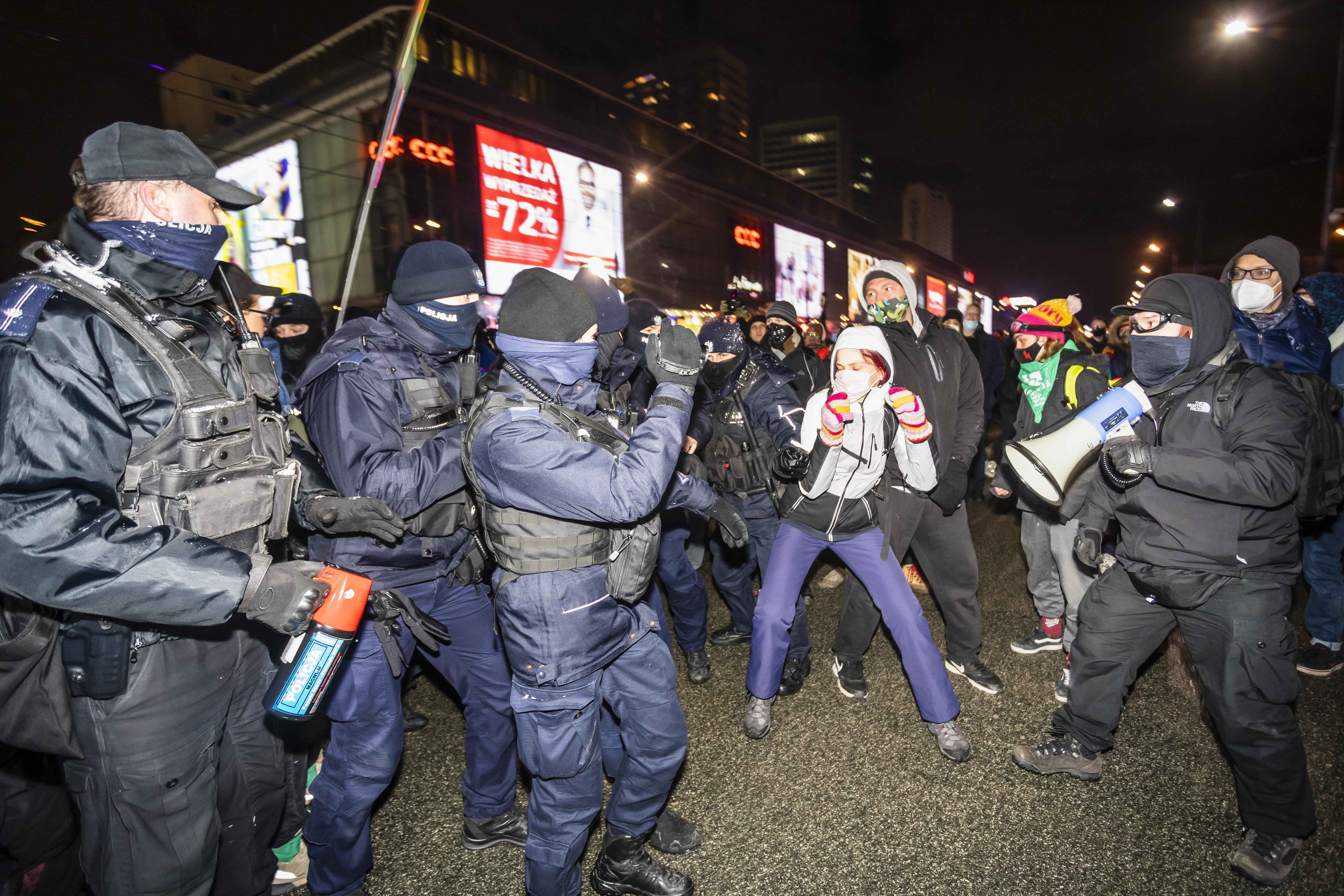 Könnygáz, dulakodás, sérülések – Varsóban összetűzésbe keveredtek az abortusztilalom ellen tüntetők a rendőrökkel