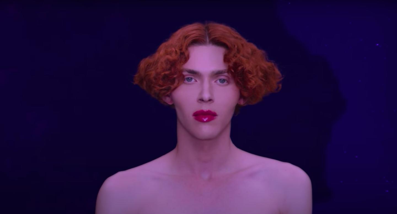 A teliholdat akarta megnézni a tetőről, megcsúszott, lezuhant és meghalt Sophie, a transznemű skót popsztár