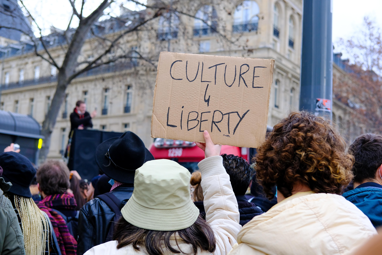 A nemzetbiztonsági törvény ellen és a kultúra mellett tüntettek több tízezren Franciaországban