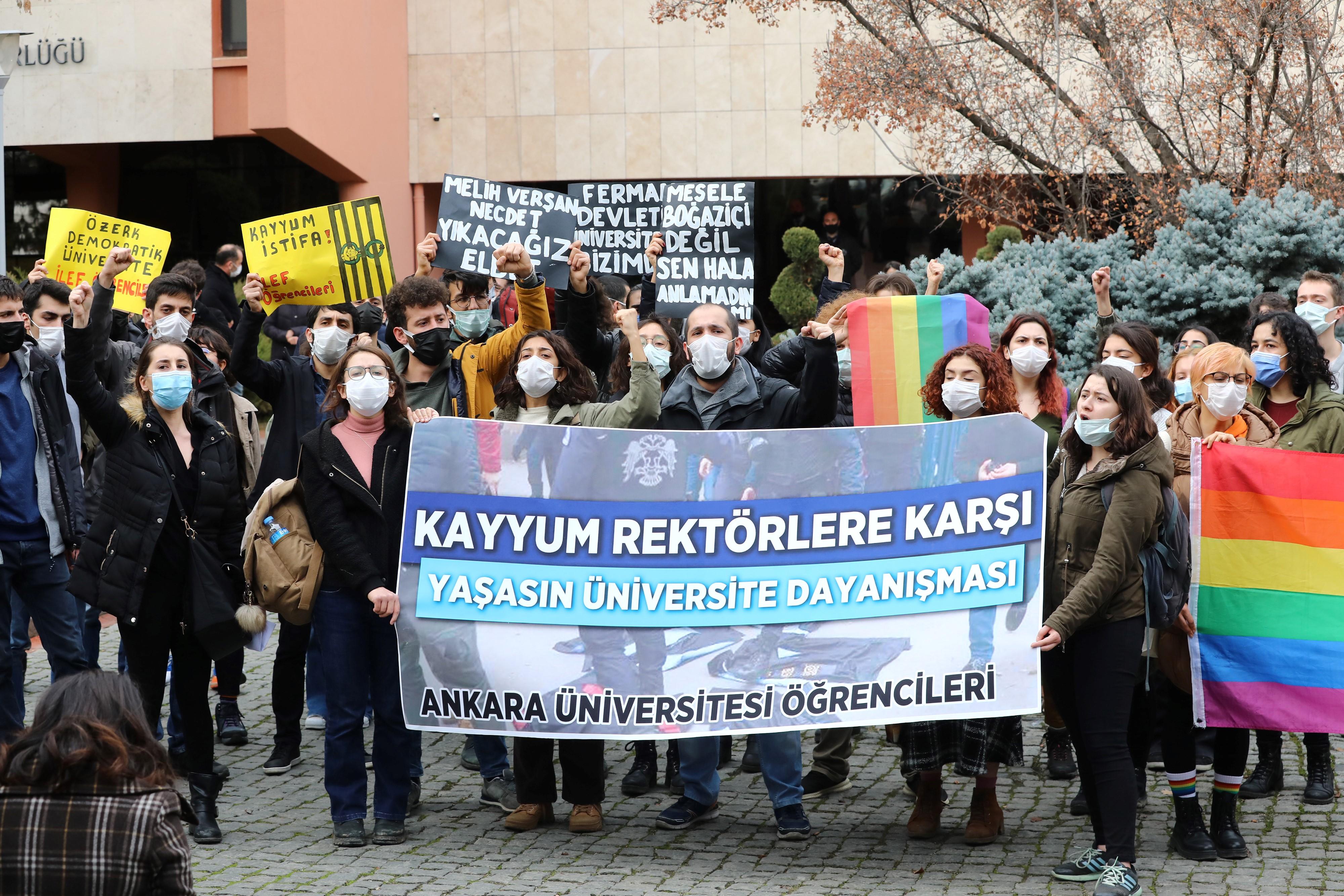 Letartóztattak négy diákot Törökországban mert LMBTQ szivárványt fújtak fel egy szent kép mellé