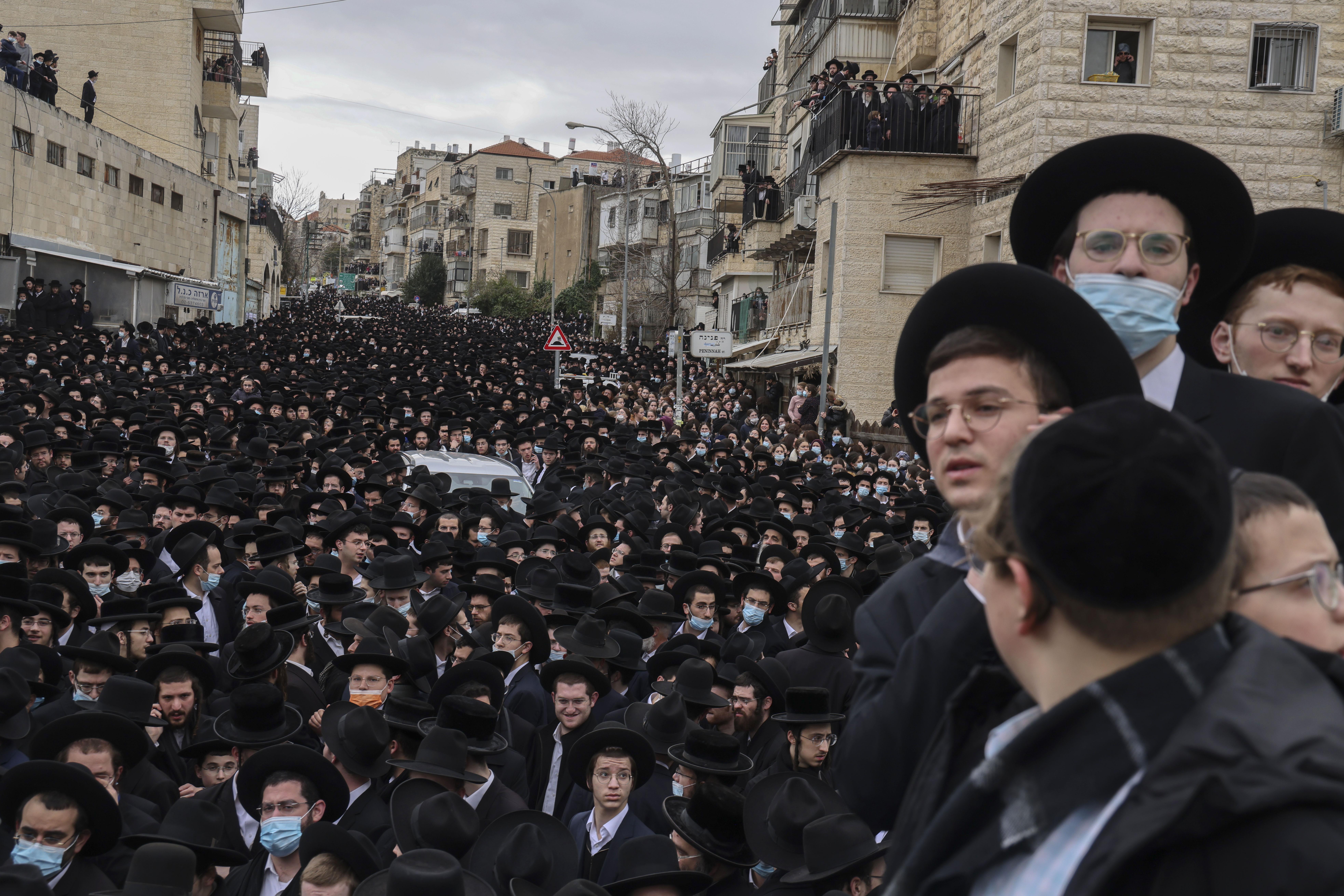 A korlátozások ellenére is ezrek vettek részt egy rabbi temetésén Jeruzsálemben