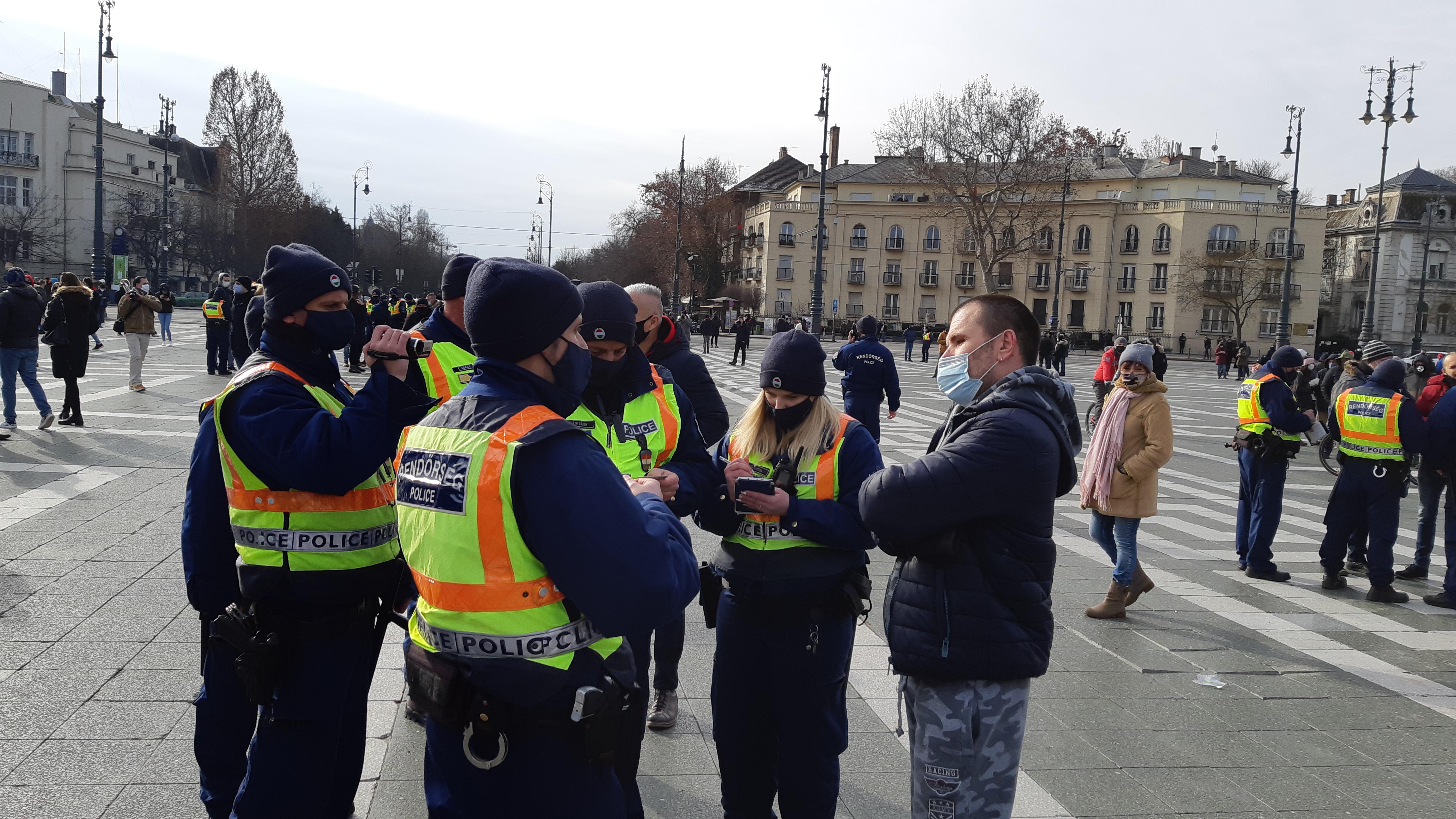 Hat embert büntettek meg a rendőrök a Hősök terén