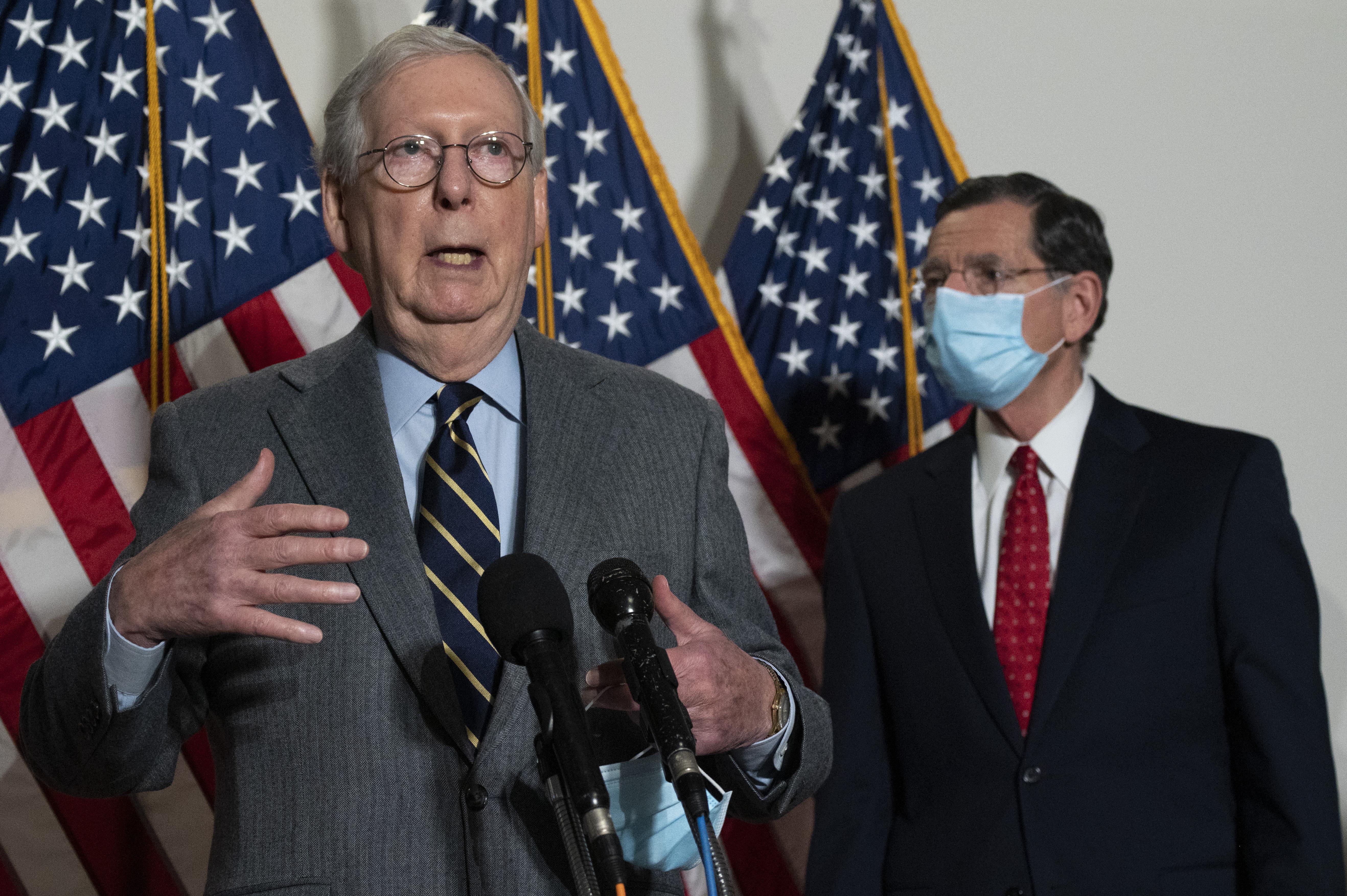 A republikánusok szenátusi vezetője rákos betegséghez hasonlította a QAnon-hívők őrültségeit