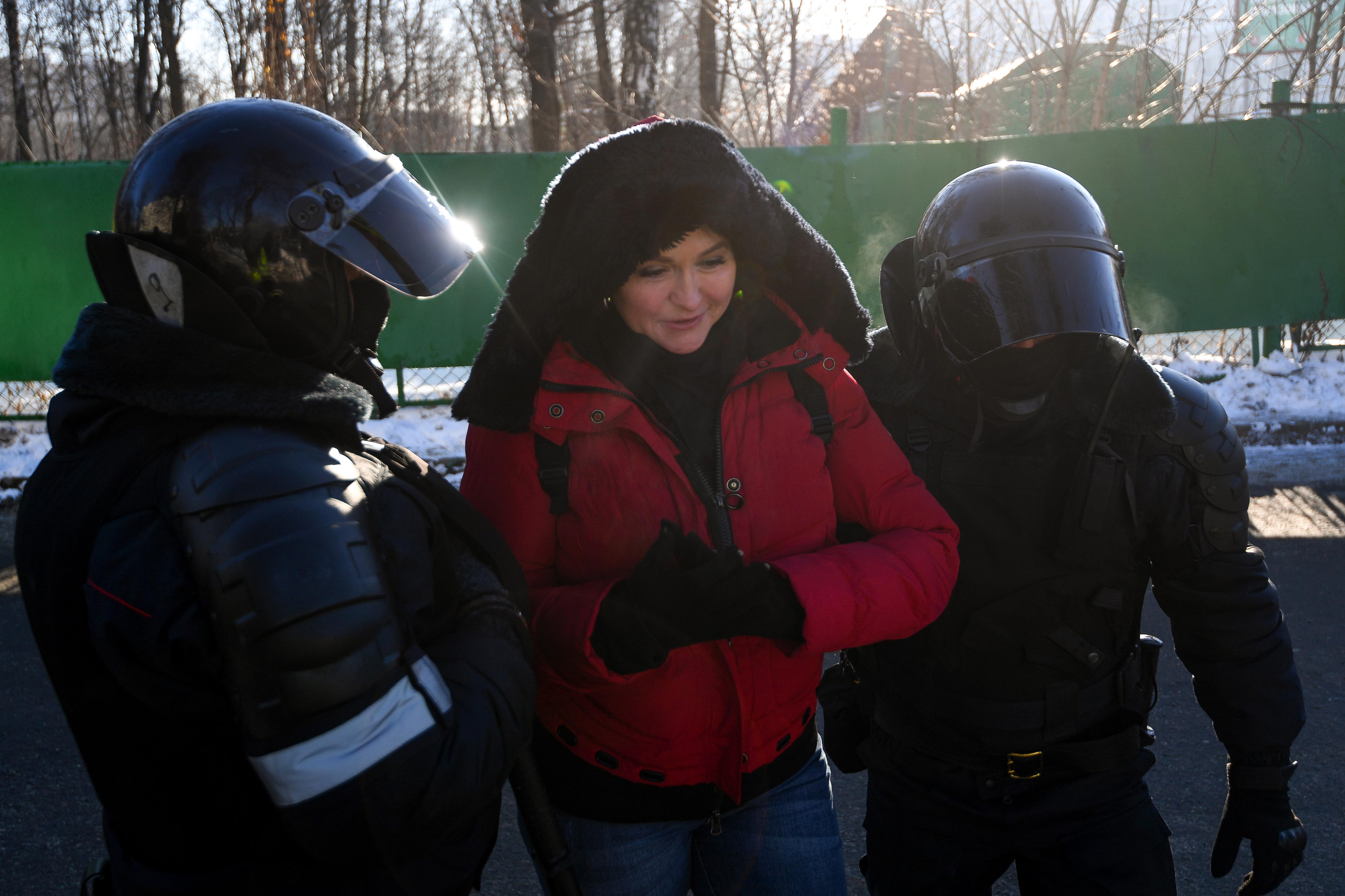 Még el se kezdődött Navalnij tárgyalása, de a híveit már összefogdossák