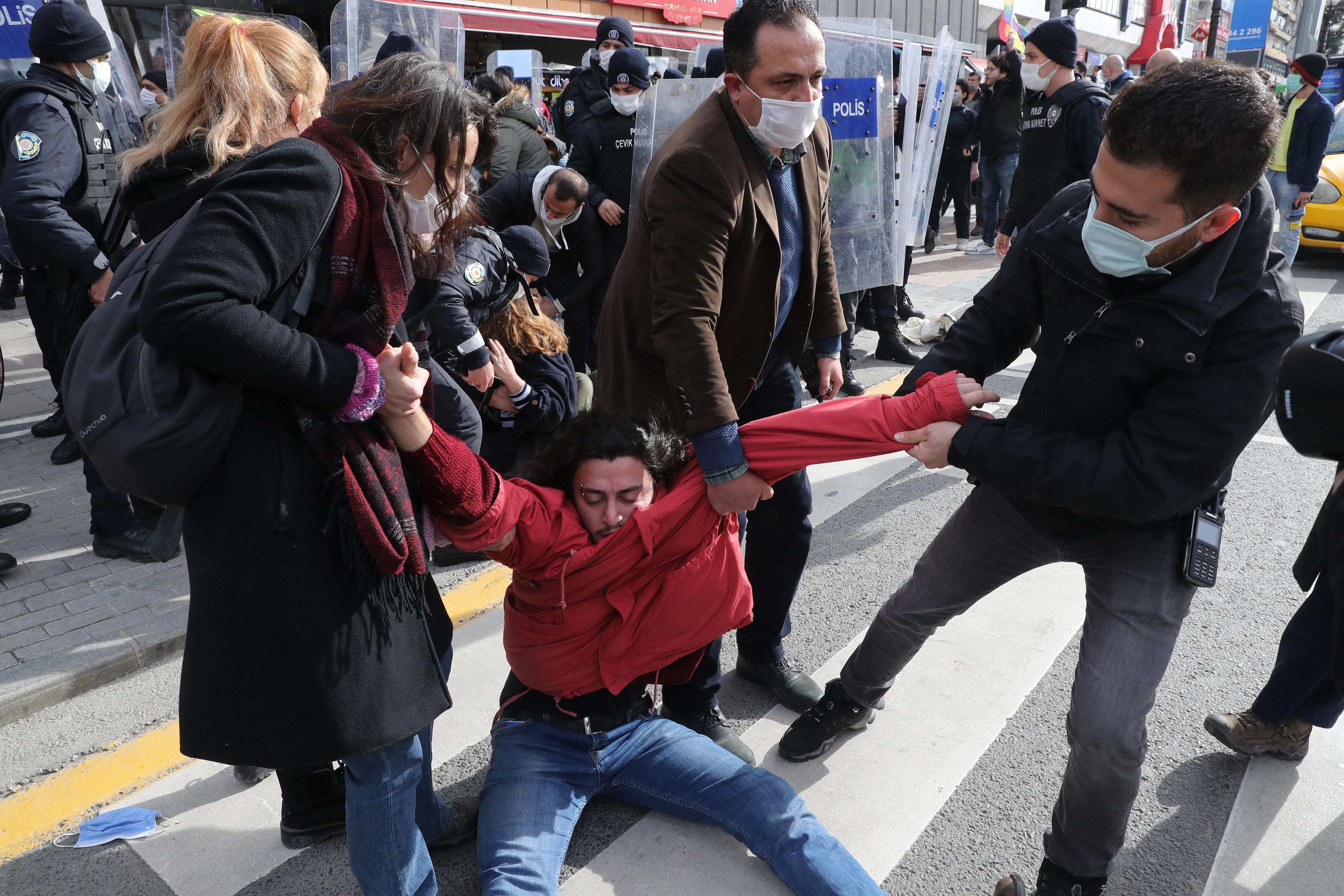 Diákok tüntettek az egyetem élére Erdogan által kinevezett rektor ellen, mire a török elnök az LMBT-fiatalokat támadta tévébeszédében