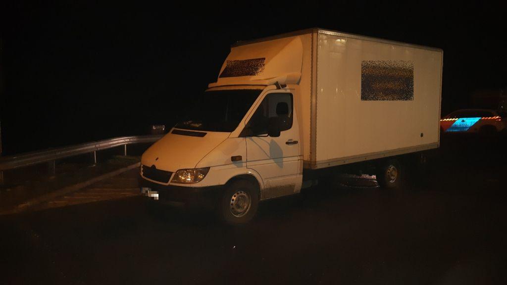 Szatymaznál buktak le lengyel embercsempészek, hogy 32 férfit visznek a kisteherautóban