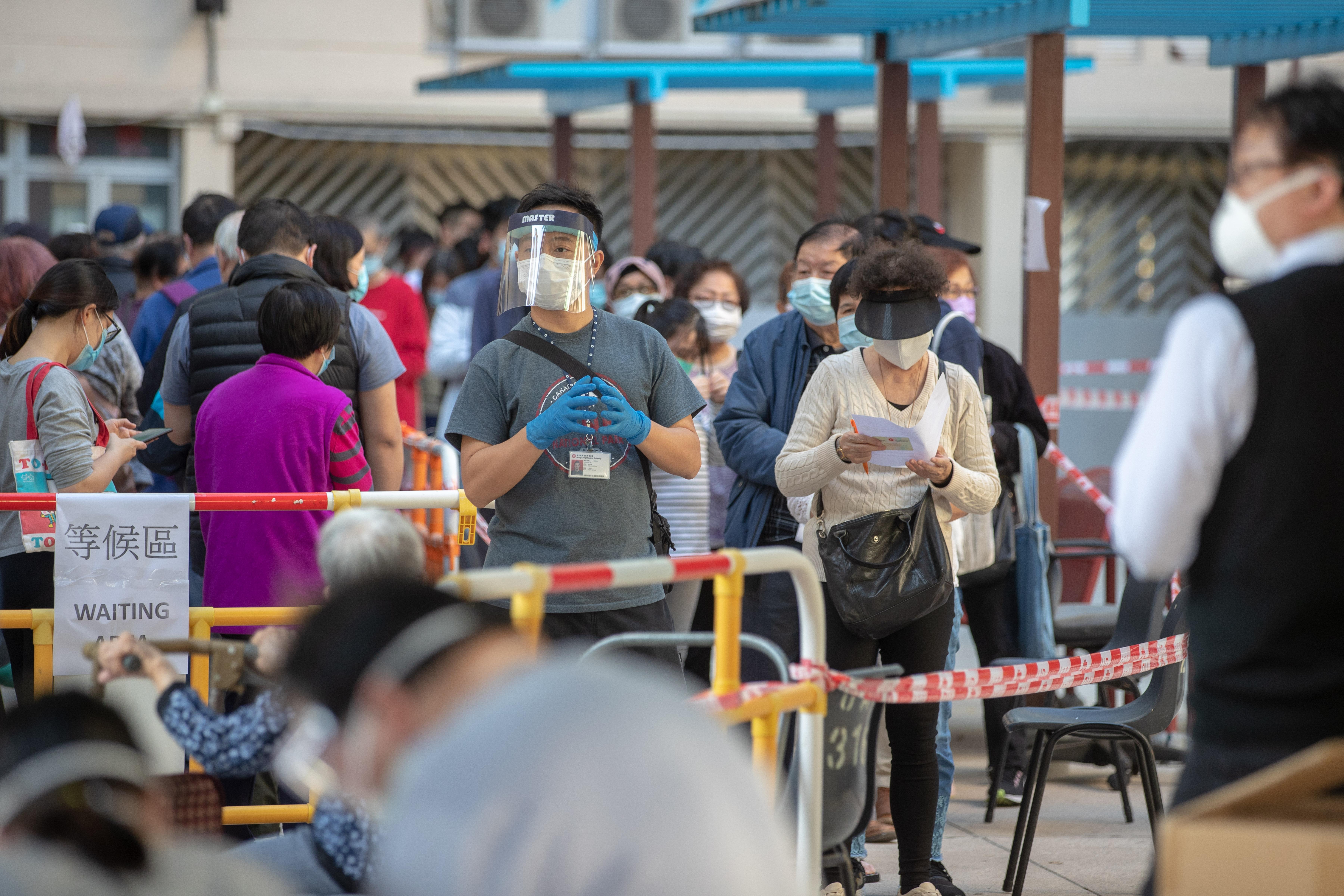 Rajtaütésszerű tömeges kényszerteszteléseket hajtanak végre a rendőrök Hongkongban