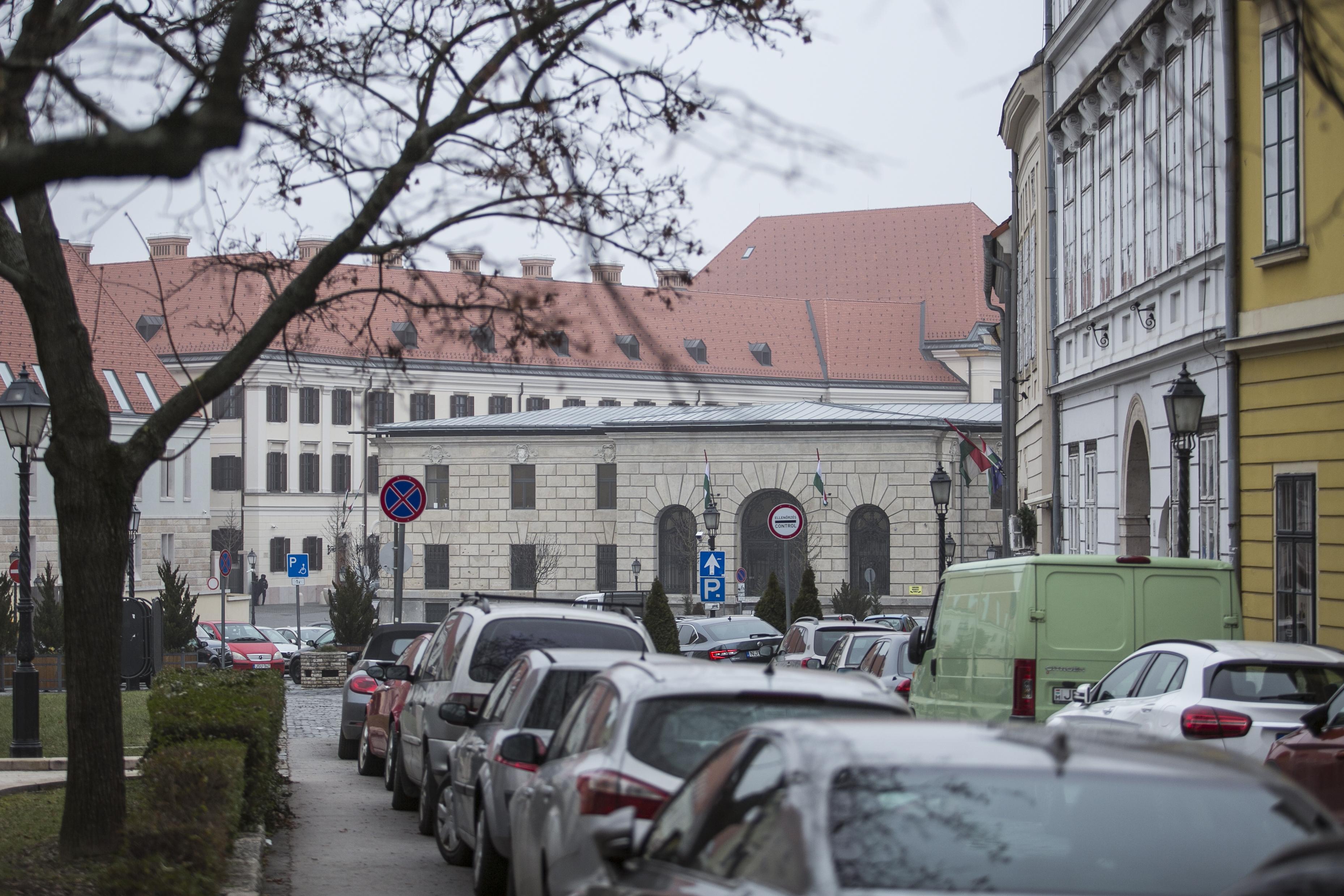 A kormány megszüntetné a műemléki lakások eladási tilalmát a Várban