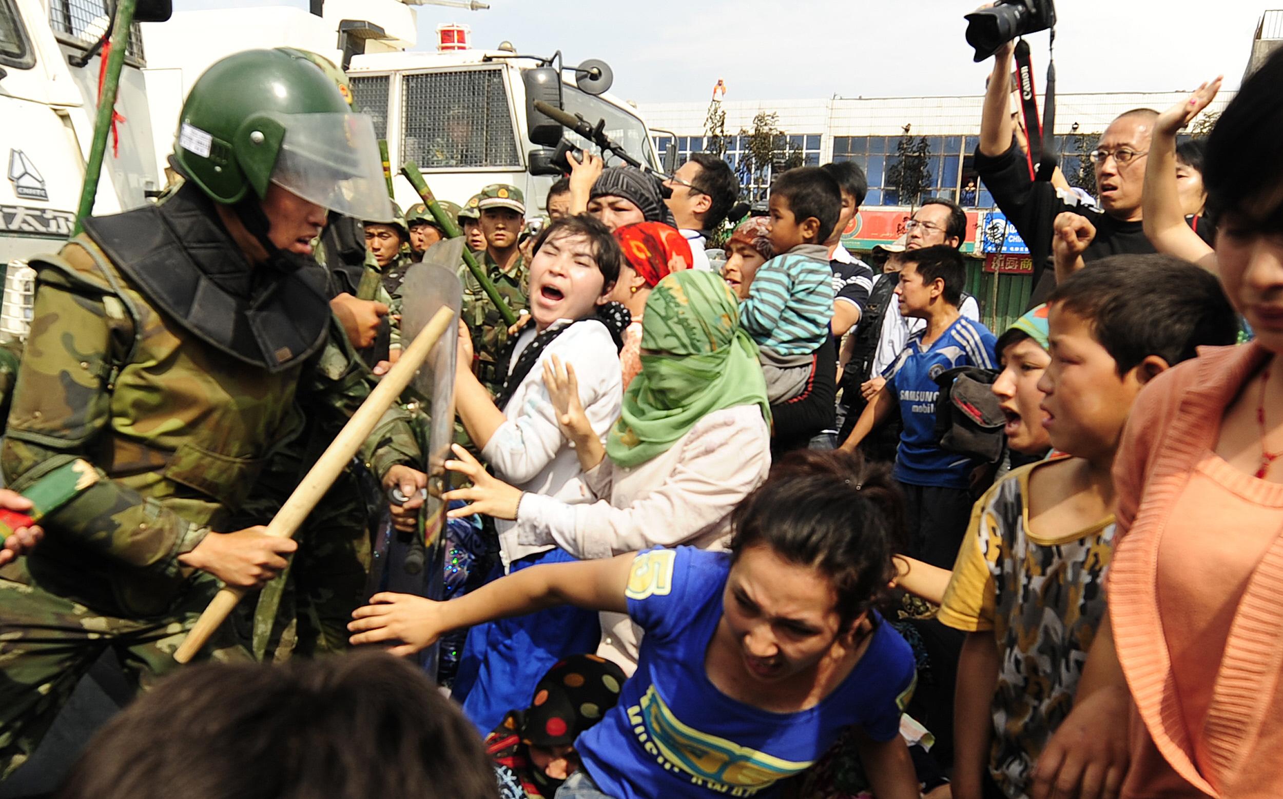 Több ország is lépéseket sürget Kína ellen, miután kiderült, hogy csoportosan erőszakolnak meg ujgur nőket a kínai átnevelőtáborokban