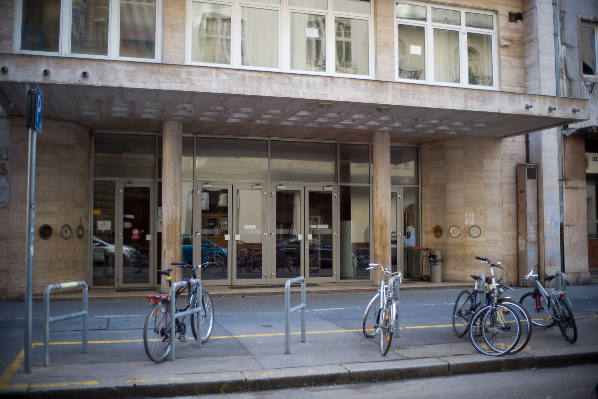 Már le is szedték az Ódry Színpad feliratát az SZFE Vas utcai épületéről