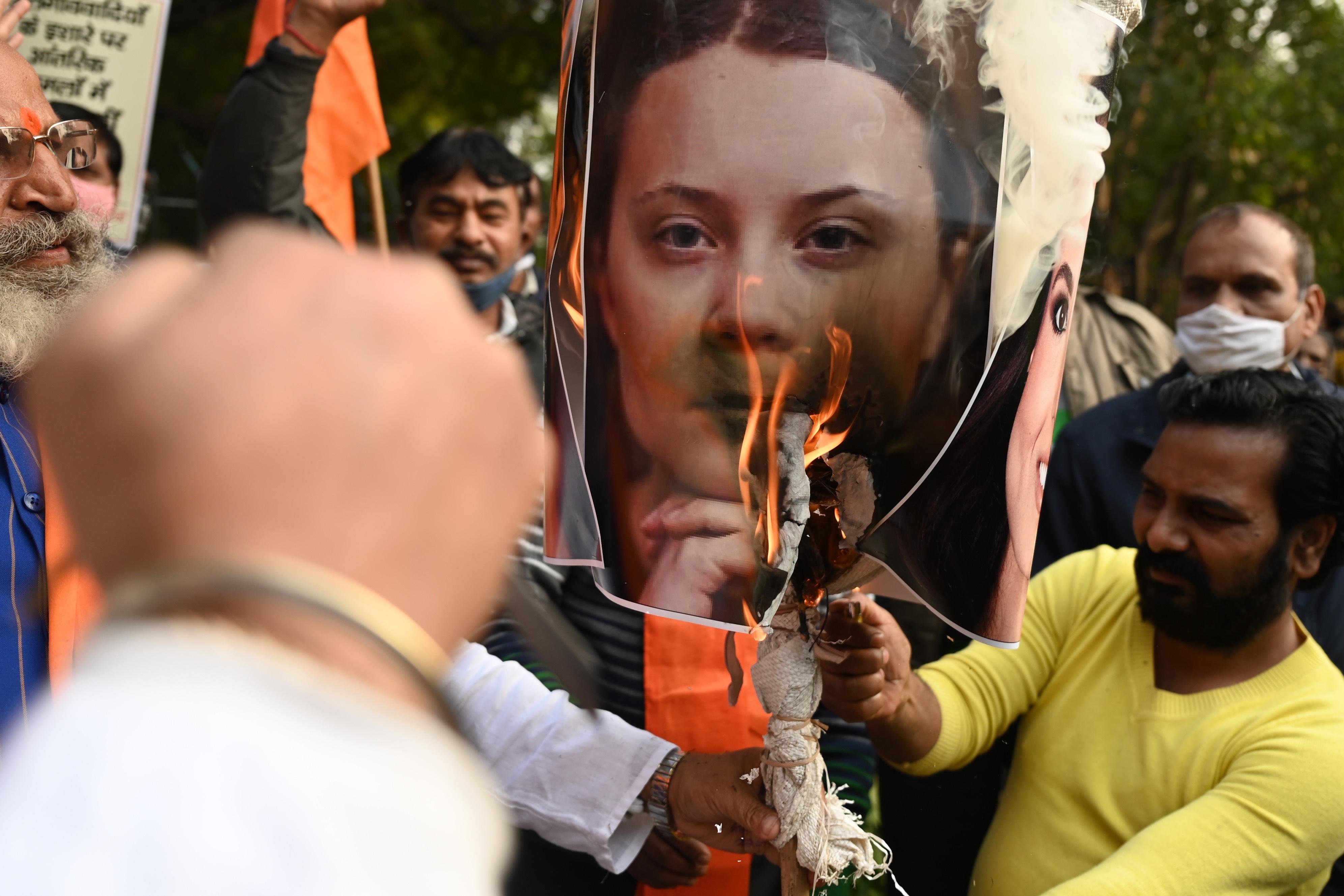 Greta Thunberg és Rihanna arcképét égették a kormánypárti tüntetők Indiában
