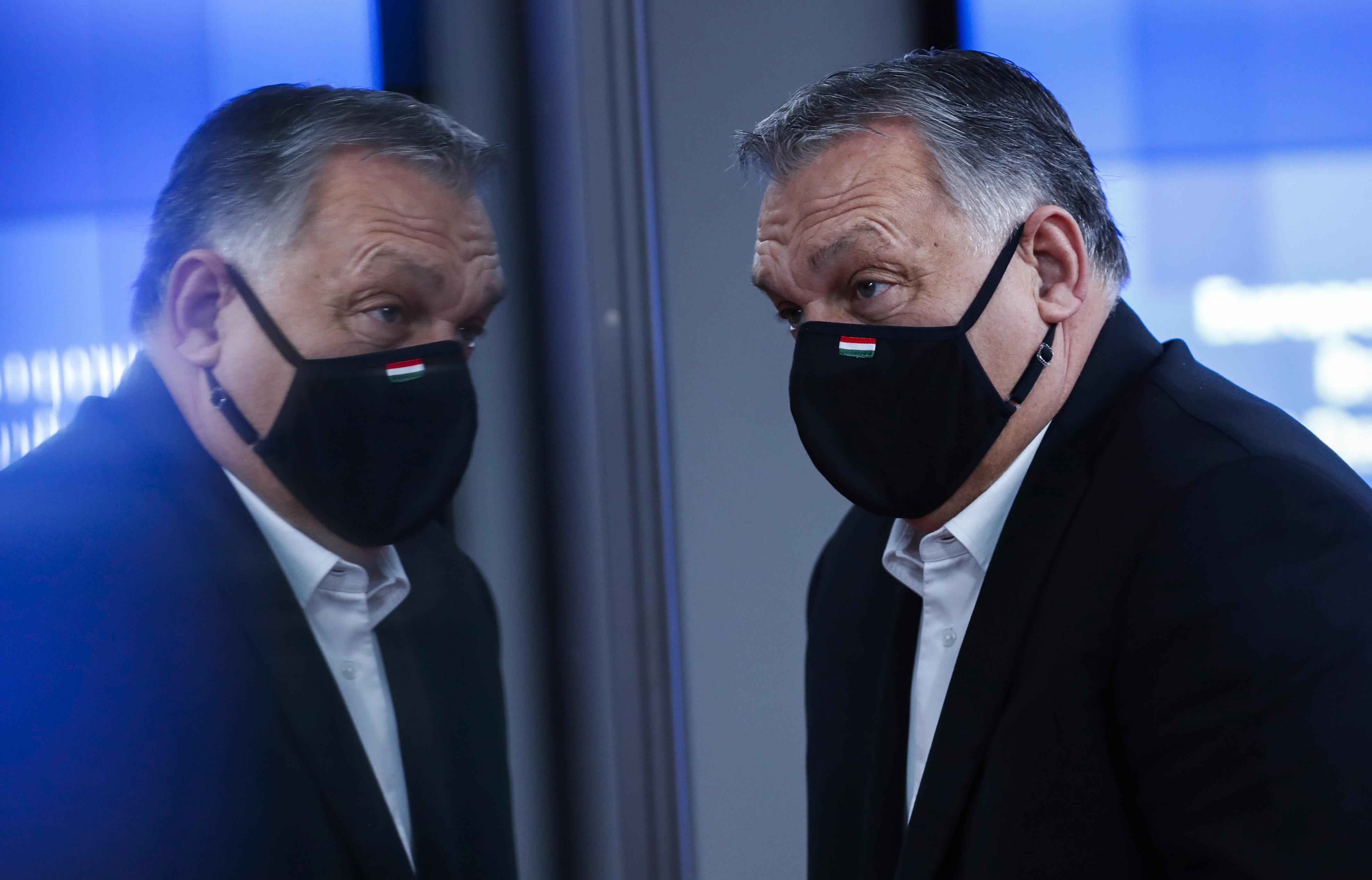 """Orbán szerint a nemzeti konzultációnak köszönhető, hogy a magyarok """"kiemelkedő arányban tartják be a szabályokat"""""""