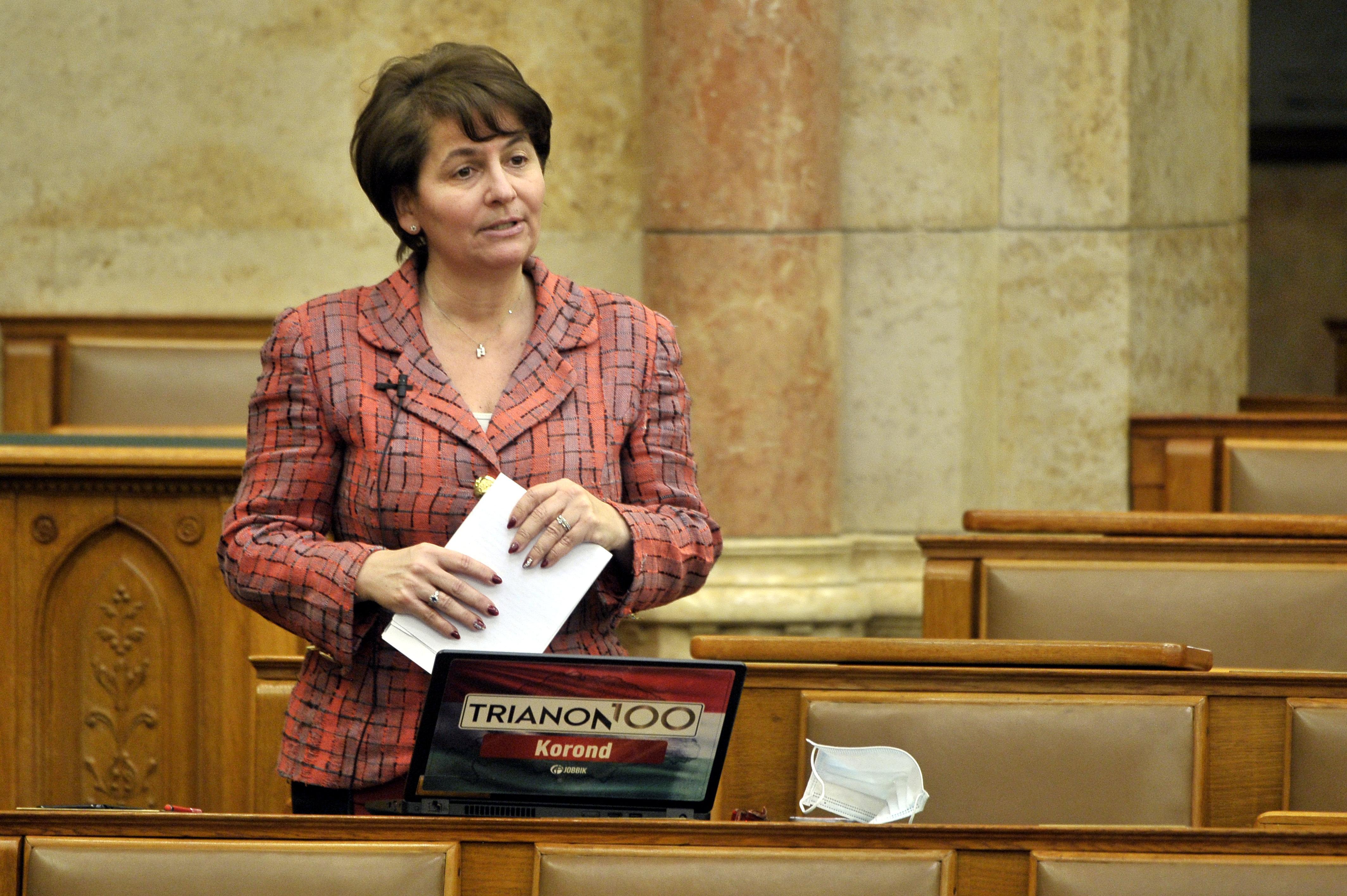 Ügyvédi felszólítással szedették le Rogán Barbara fényképét Varga-Damm Andrea képviselői oldaláról