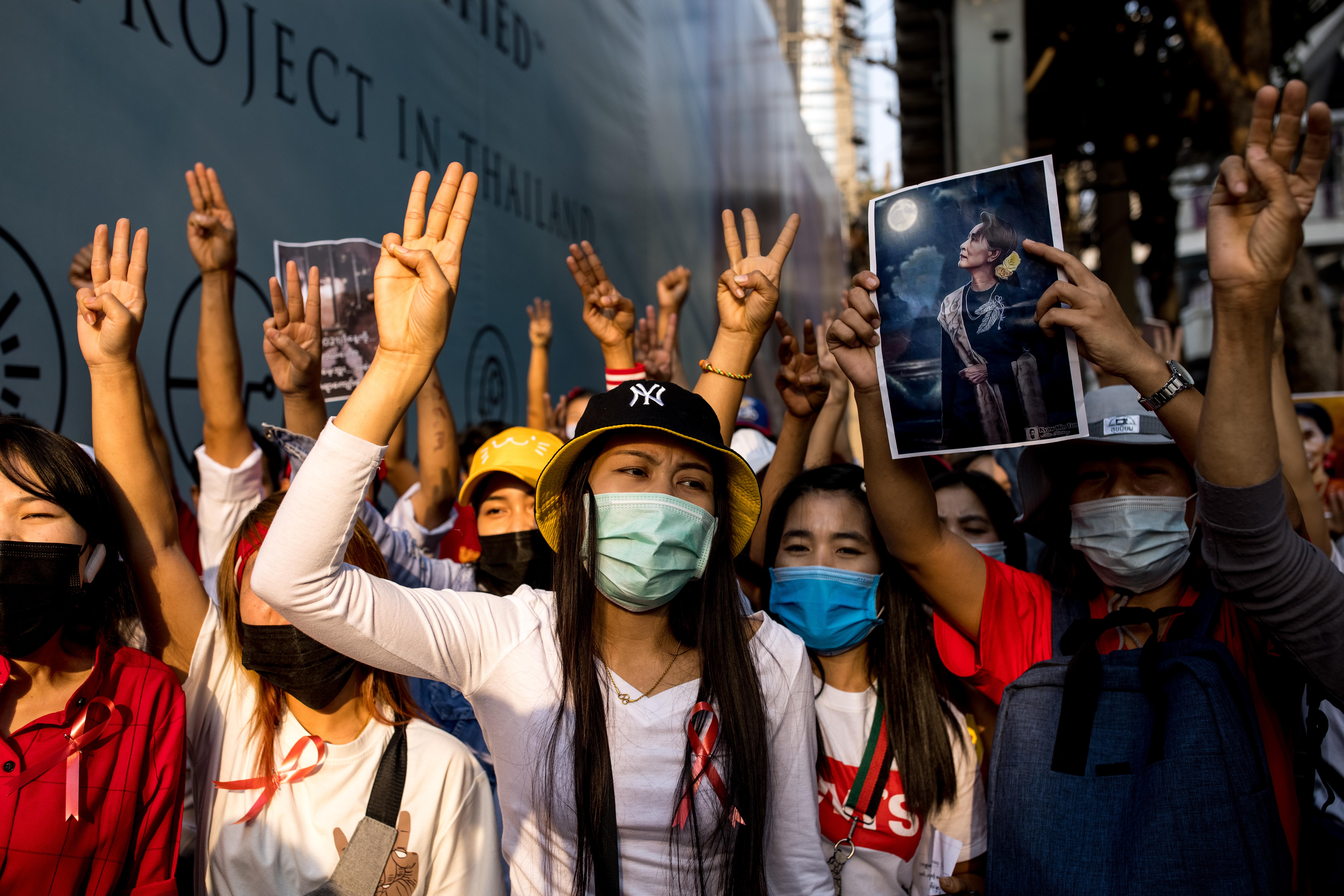 Az Éhezők viadalának kézjele lett a mianmari puccs ellen tiltakozók egyik szimbóluma