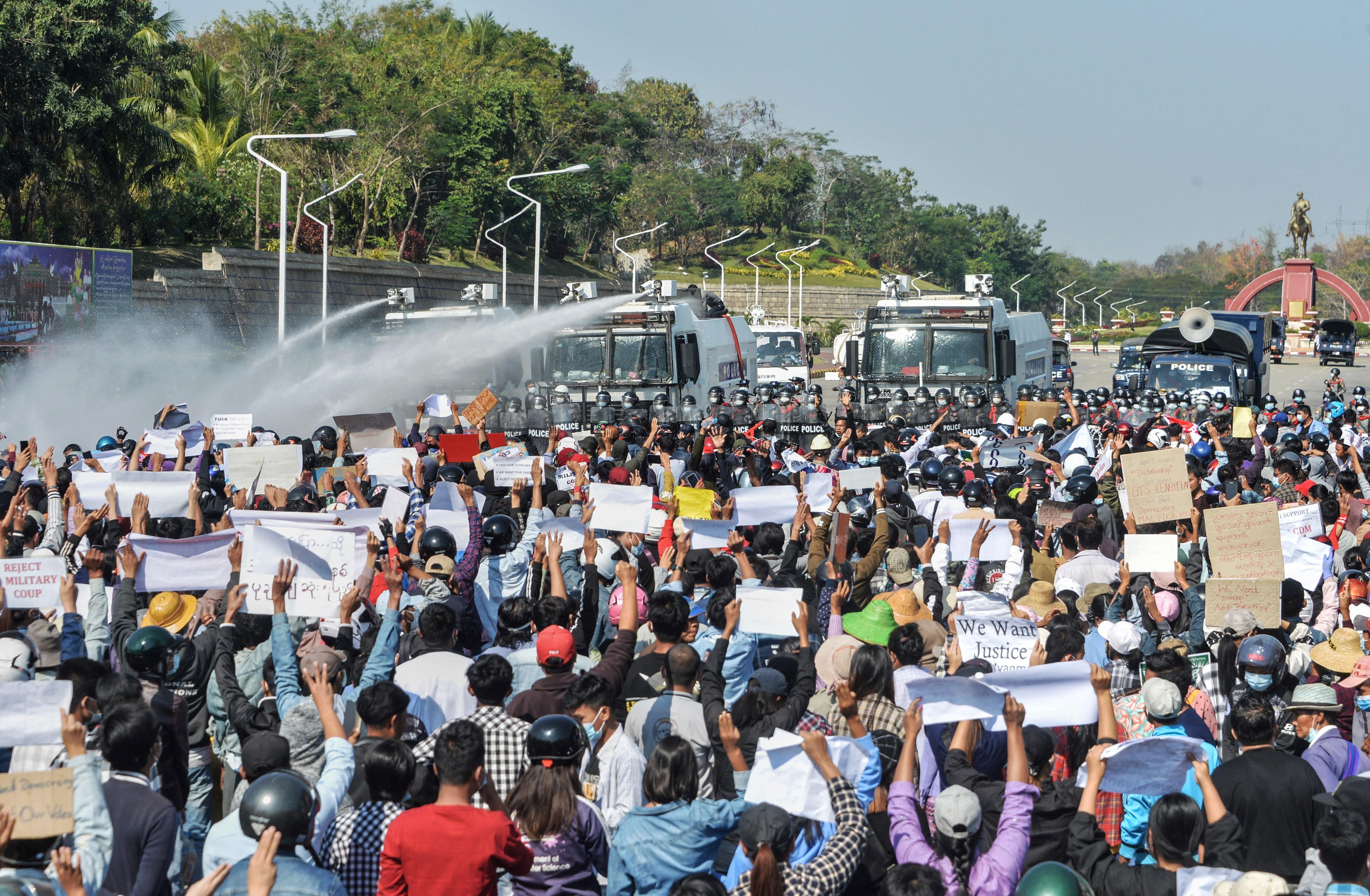 Vízágyúkkal és kijárási tilalommal lépett fel a hadsereg a tüntetők ellen Mianmarban
