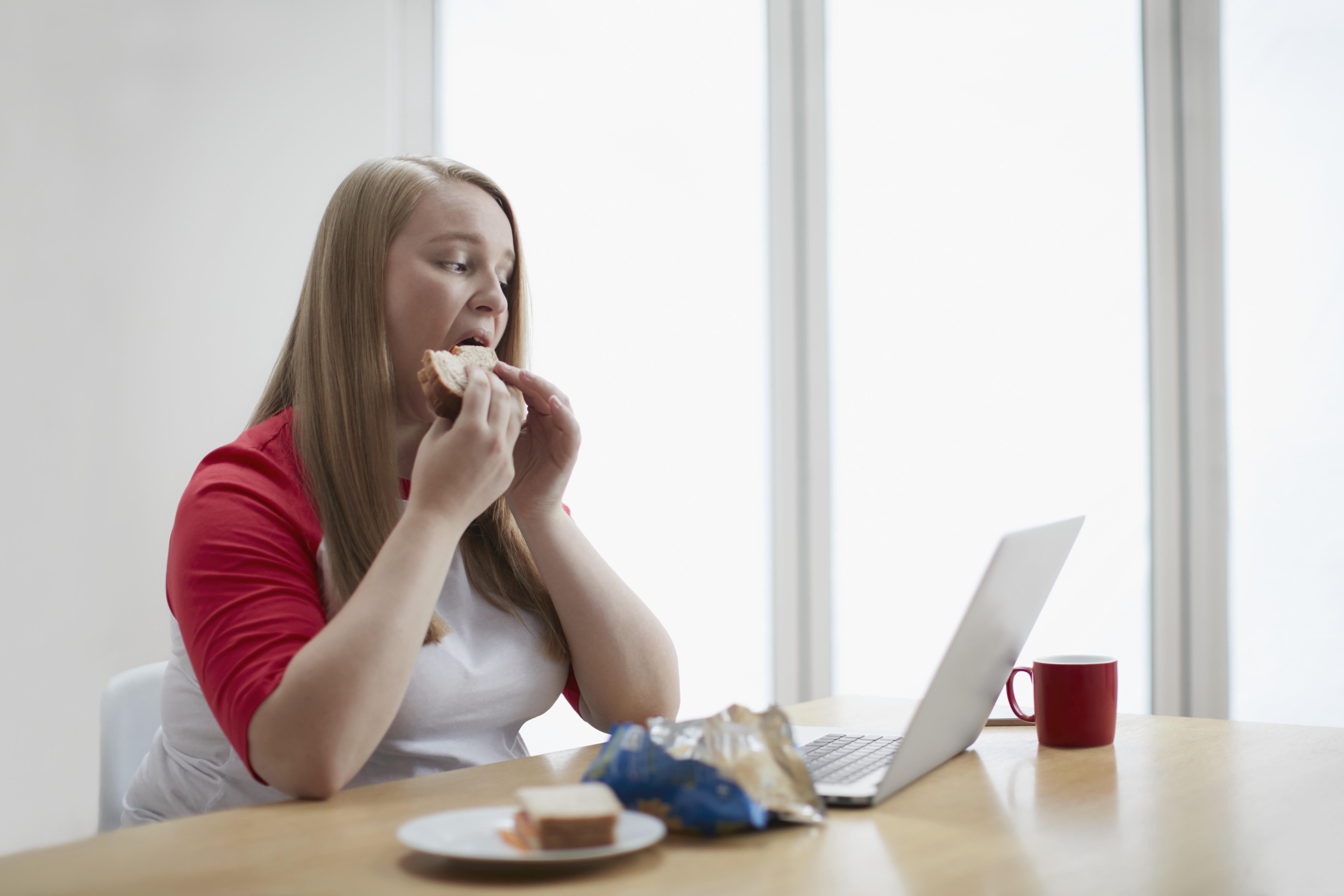 A koronavírus miatt újra irodai asztaluknál ebédelhetnek a franciák