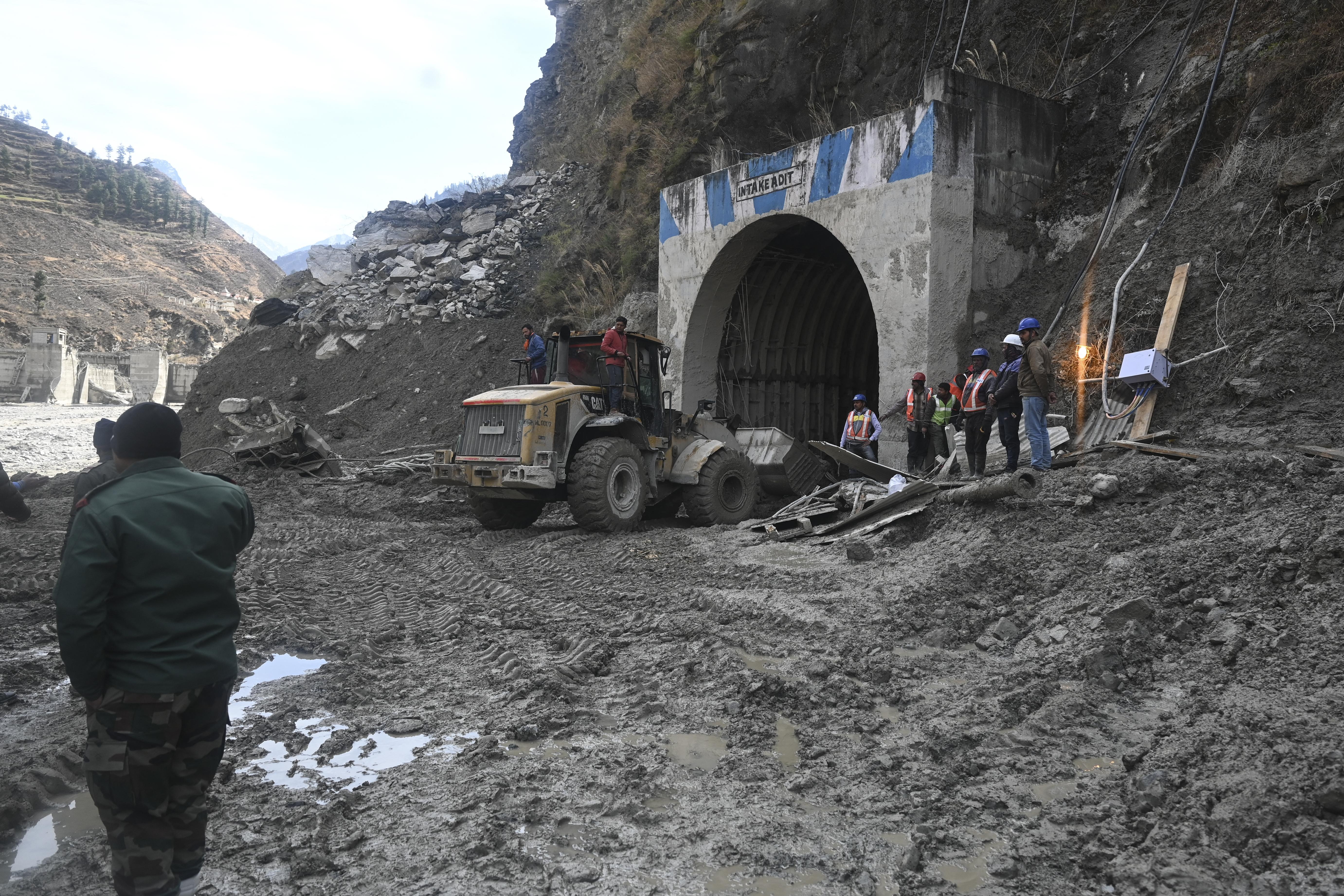 Több mint 30 ember rekedt egy alagútban az indiai gleccserszakadás után