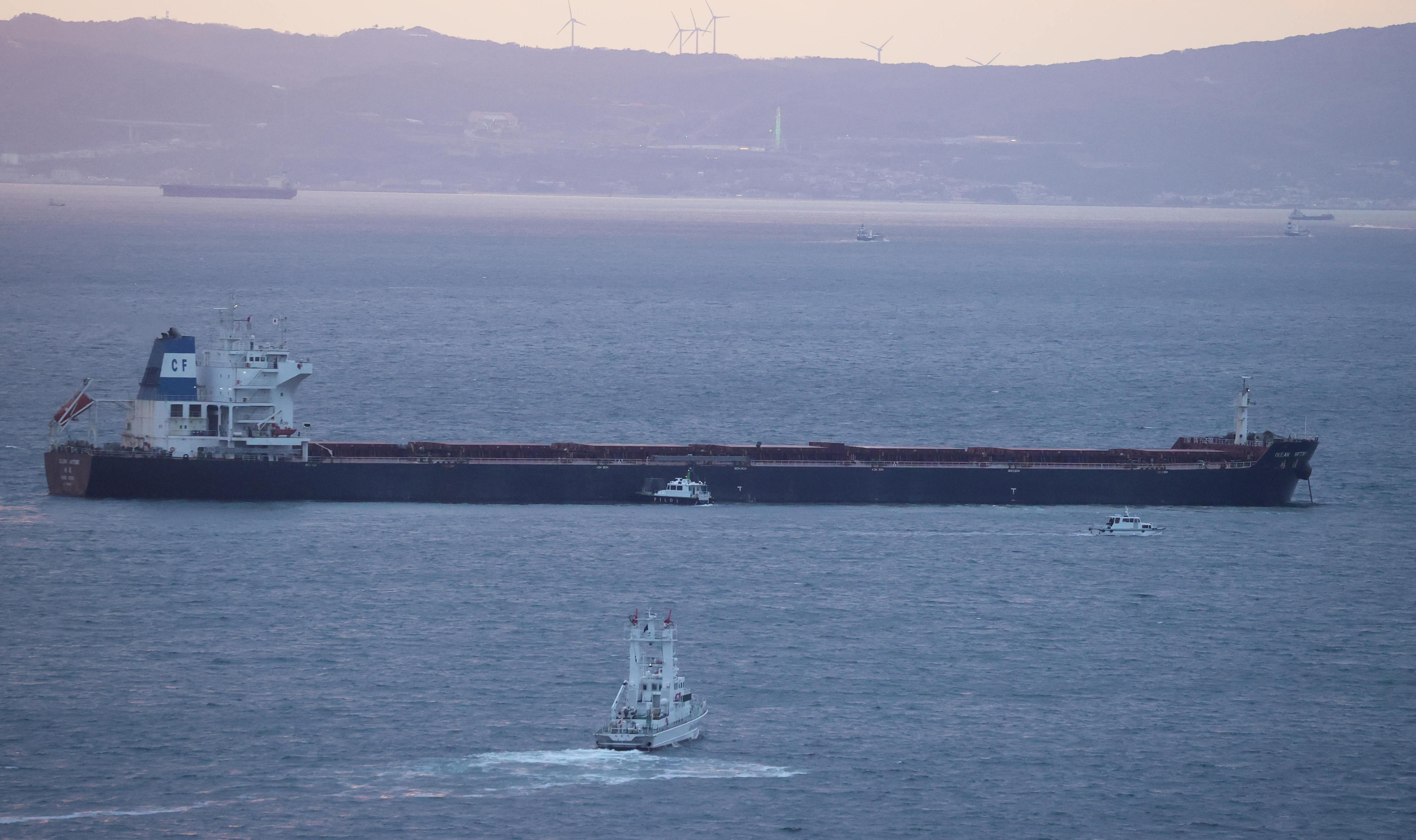 Mobilon kért segítséget a tengeralattjáró személyzete, miután összeütköztek egy hajóval