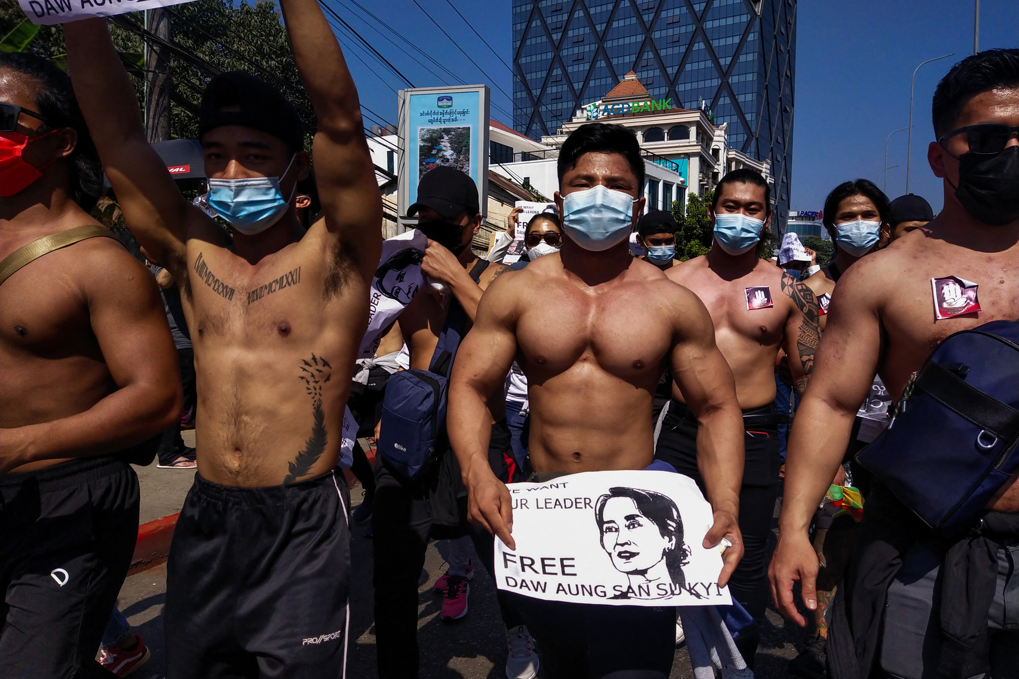 Több mint százezren tüntetnek Mianmarban, átálló rendőrökről is érkeznek hírek