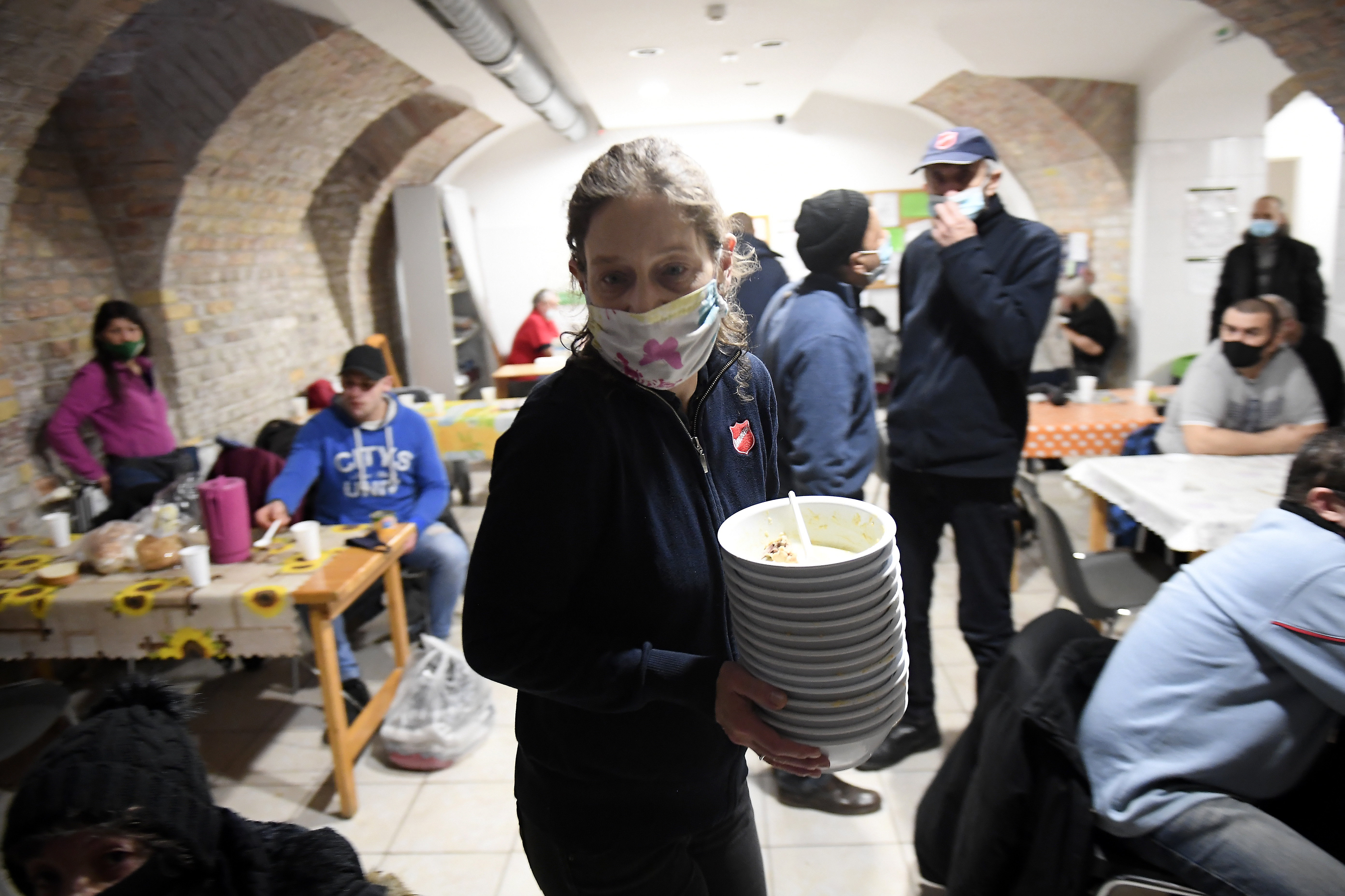 A járvány óta nehezebb elérni az adományozókat, és kevesebben önkénteskednek