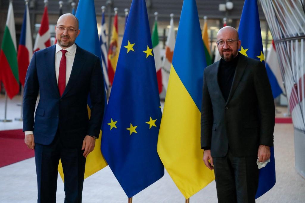 Tükördiplomácia: klónoknak kinéző emberek tárgyaltak Brüsszelben