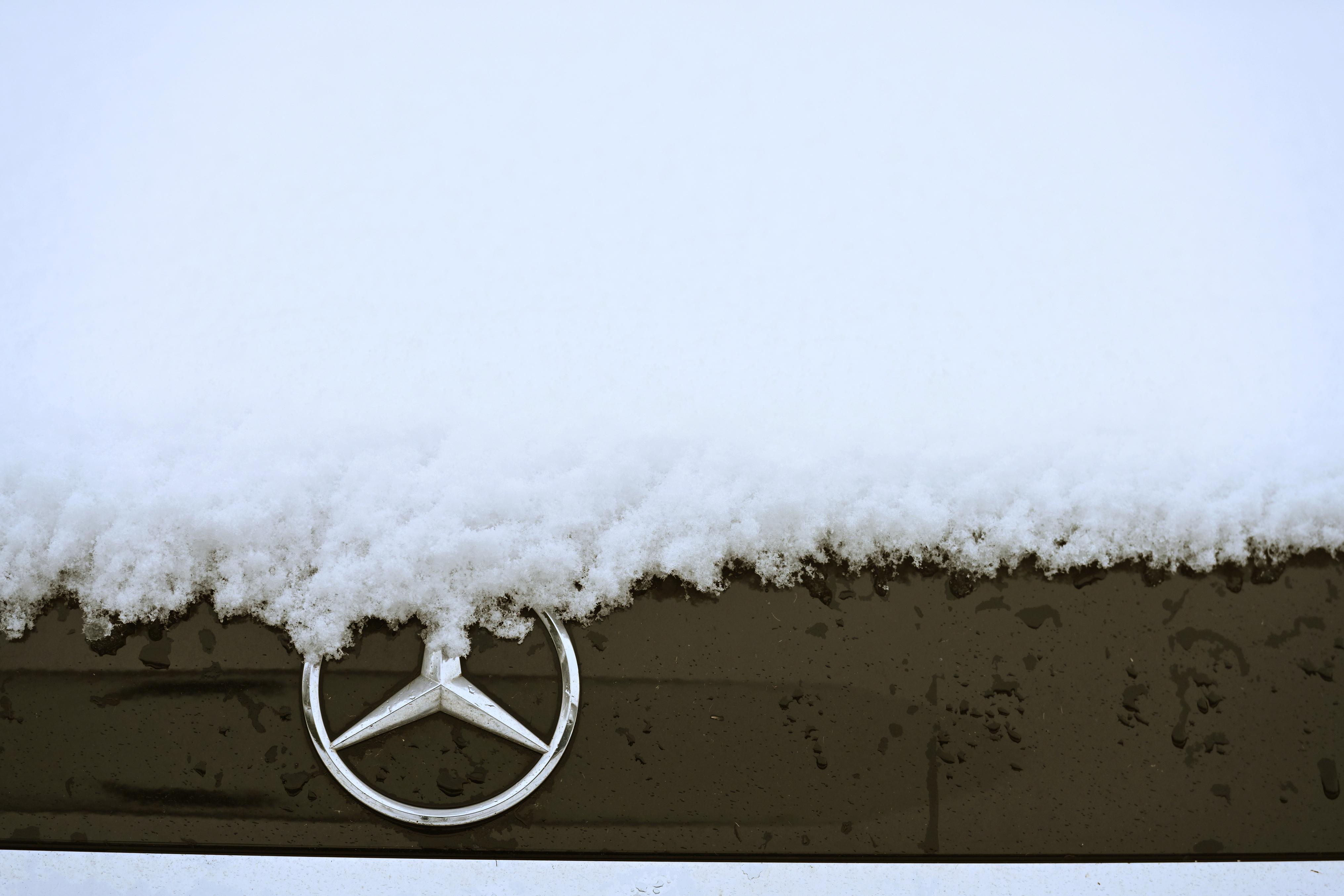 1,29 millió autót hív vissza a Mercedes, mert félő, hogy egy baleset után nem pontosan jeleznék az autó helyzetét a mentőknek