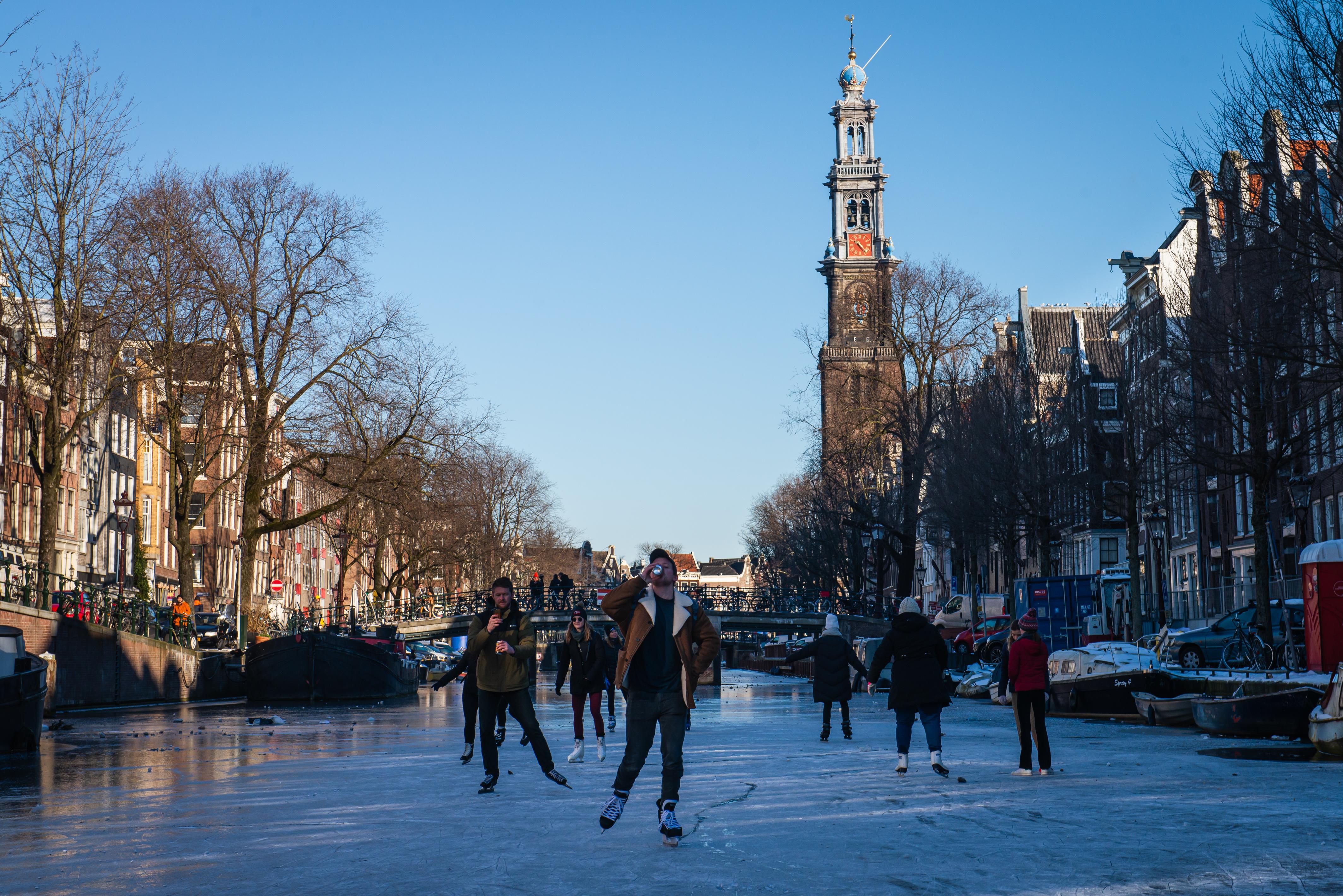 Egy holland bíróság betiltotta a kijárási tilalmat