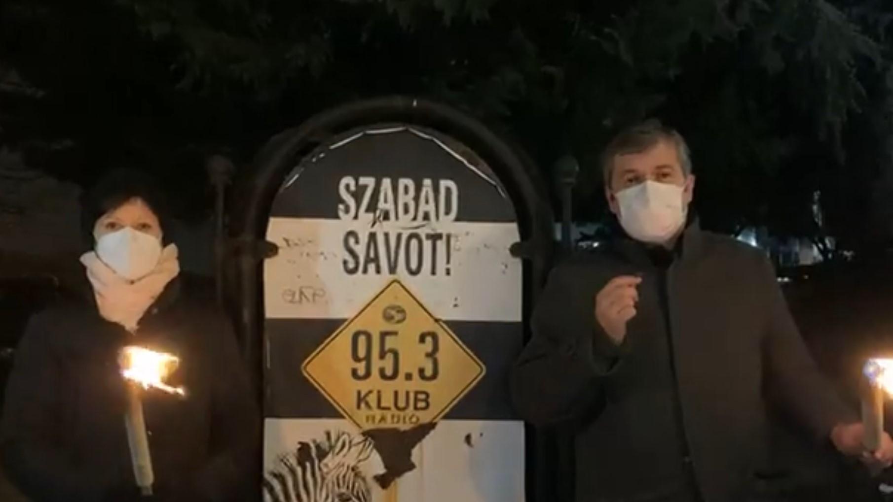 Fáklyákkal vonult a Klubrádió elé Szél és Hadházy