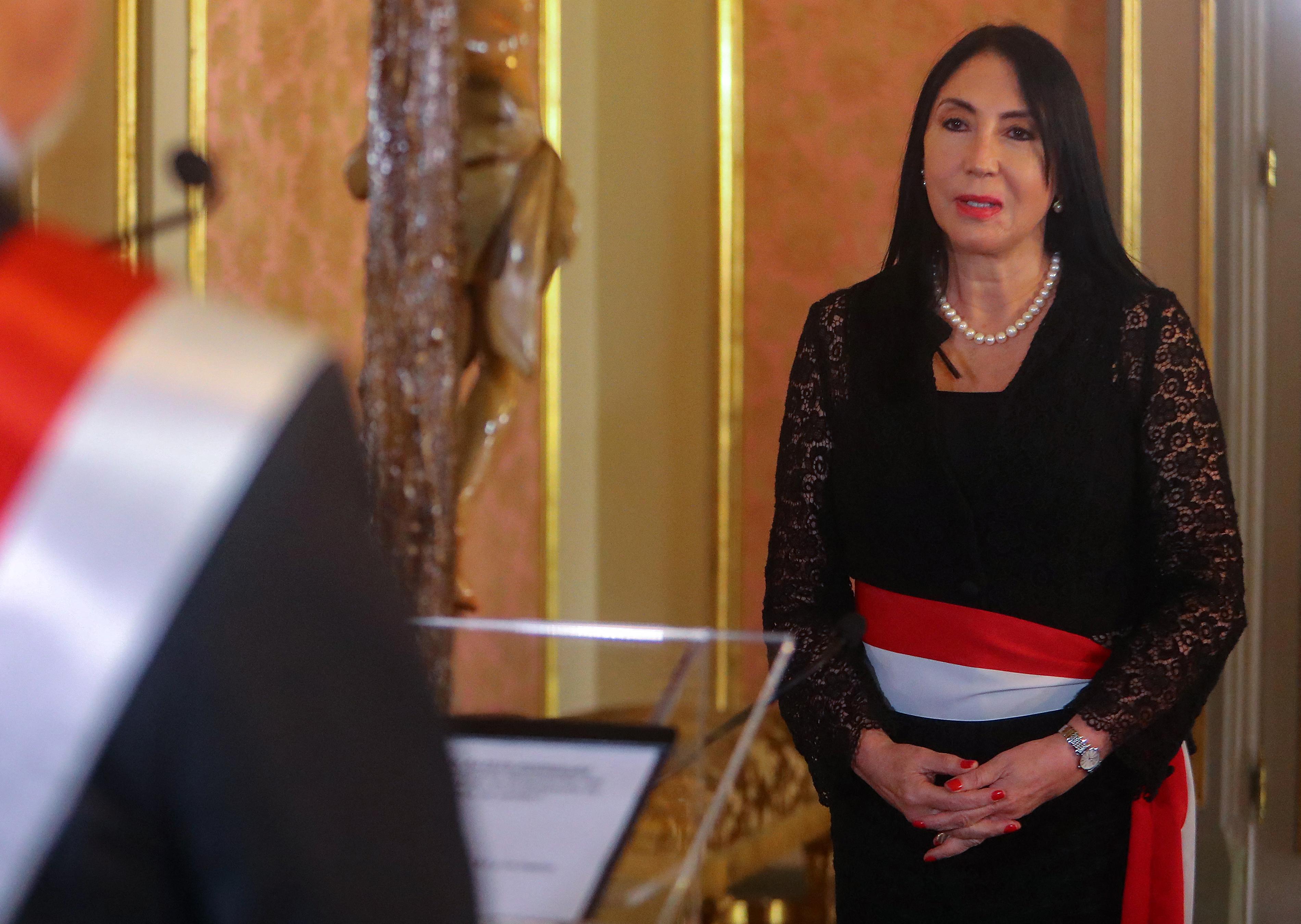 Lemondott a perui külügyminiszter, amiért soron kívül oltatta be magát