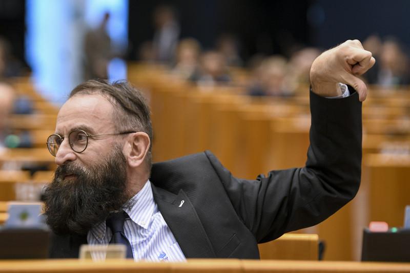 Blikk: Szájer József egy 200 milliós nyaralóban húzza meg magát a Balatonnál