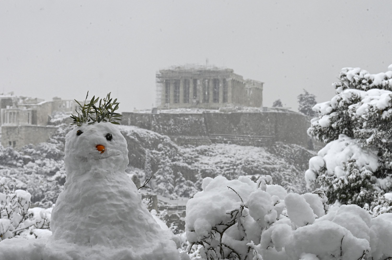 Belepte a hó az Akropoliszt, síelnek az emberek Athénban