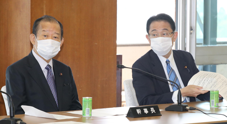 Japán kormánypártja szívesen látna az üléseken több nőt, csak ne szólaljanak meg