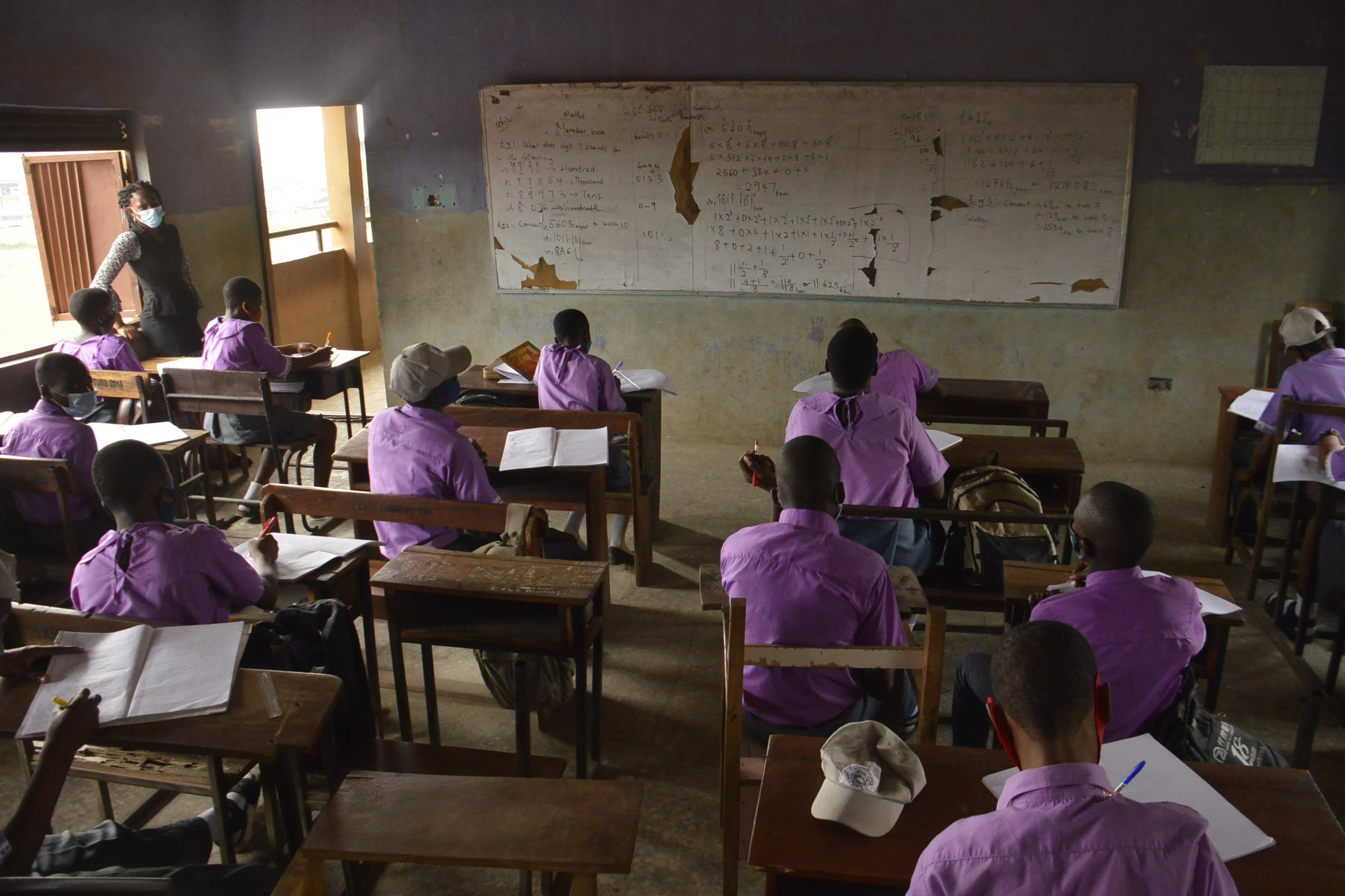 Több száz nigériai iskolást raboltak el fegyveresek