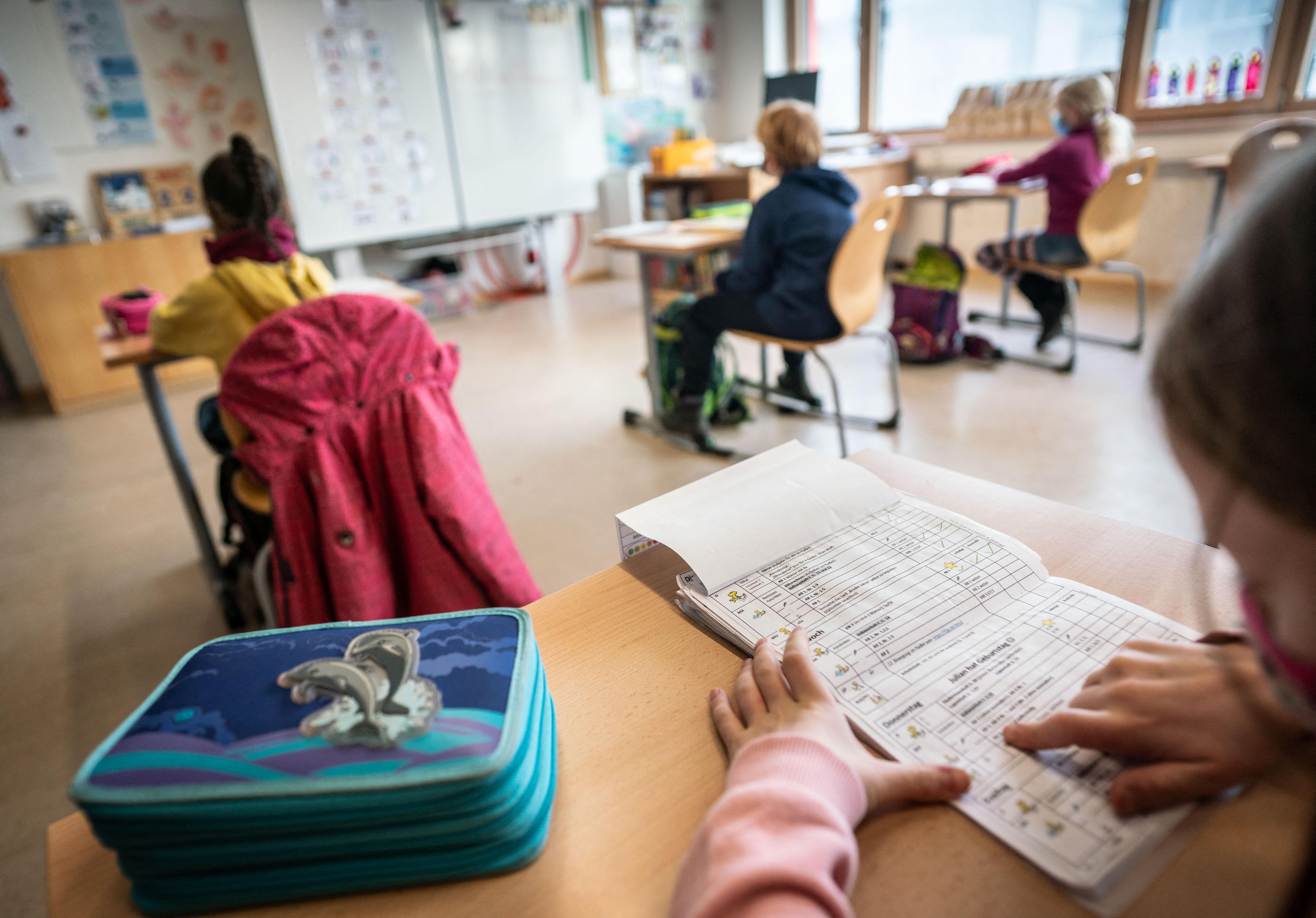 Nyílt levélben kéri az iskolák bezárását Orbántól a Pedagógusok Demokratikus Szakszervezete