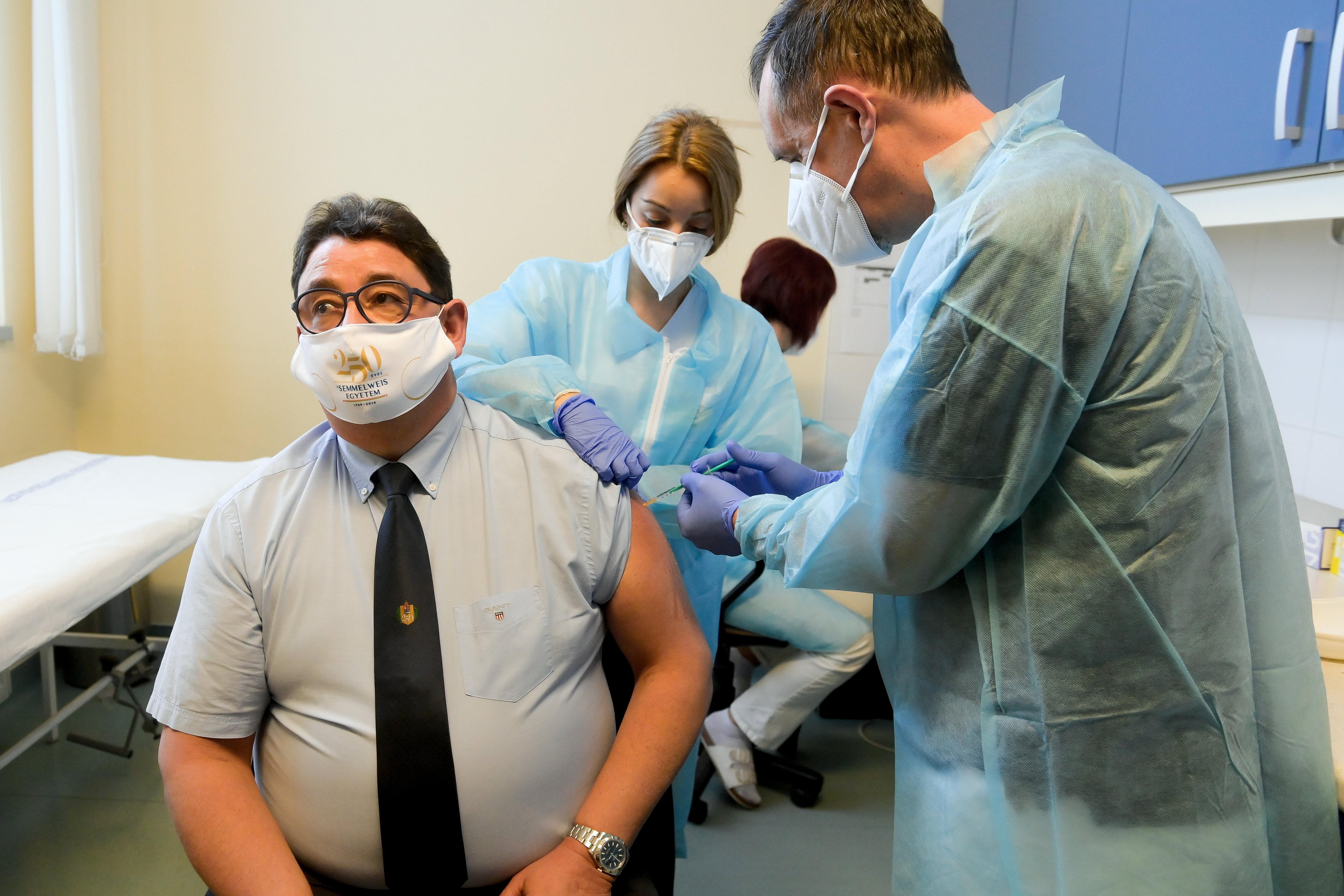 Merkely Béla ingyenes ellenanyag-vizsgálatot ajánl azoknak, akiknek két oltás után sincs elegendő antitestjük