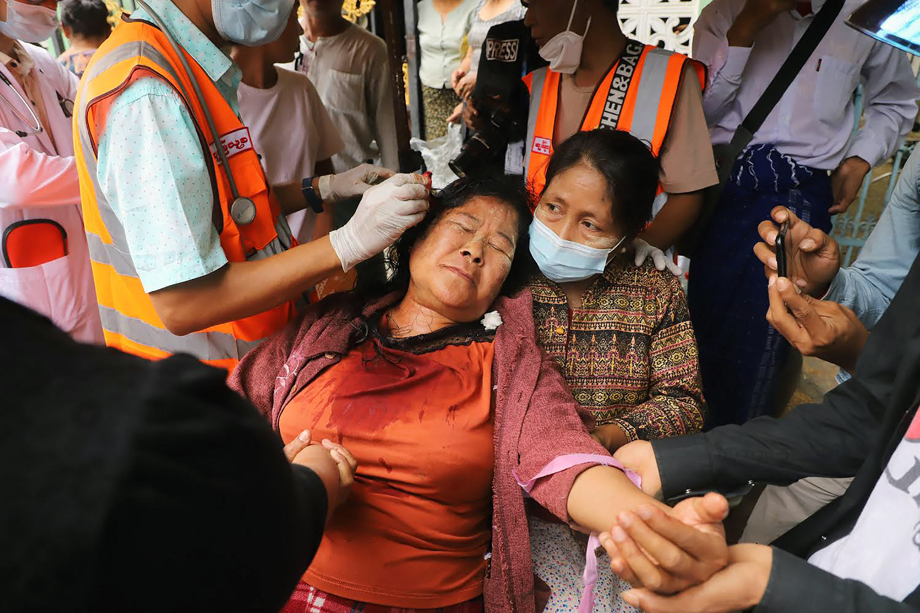 Tüzet nyitottak a mianmari rendőrök a tüntetőkre