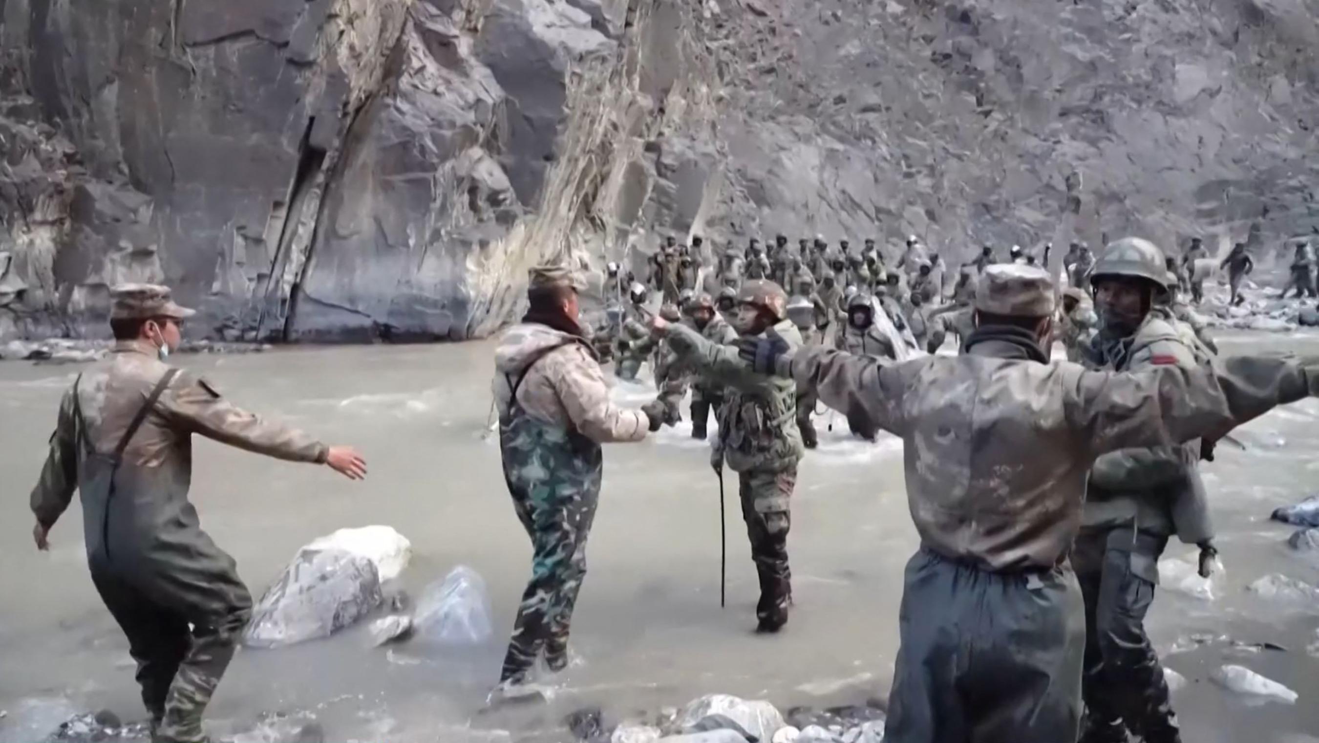 Videófelvétel a kínai és az indai hadsereg gyilkos összecsapásáról