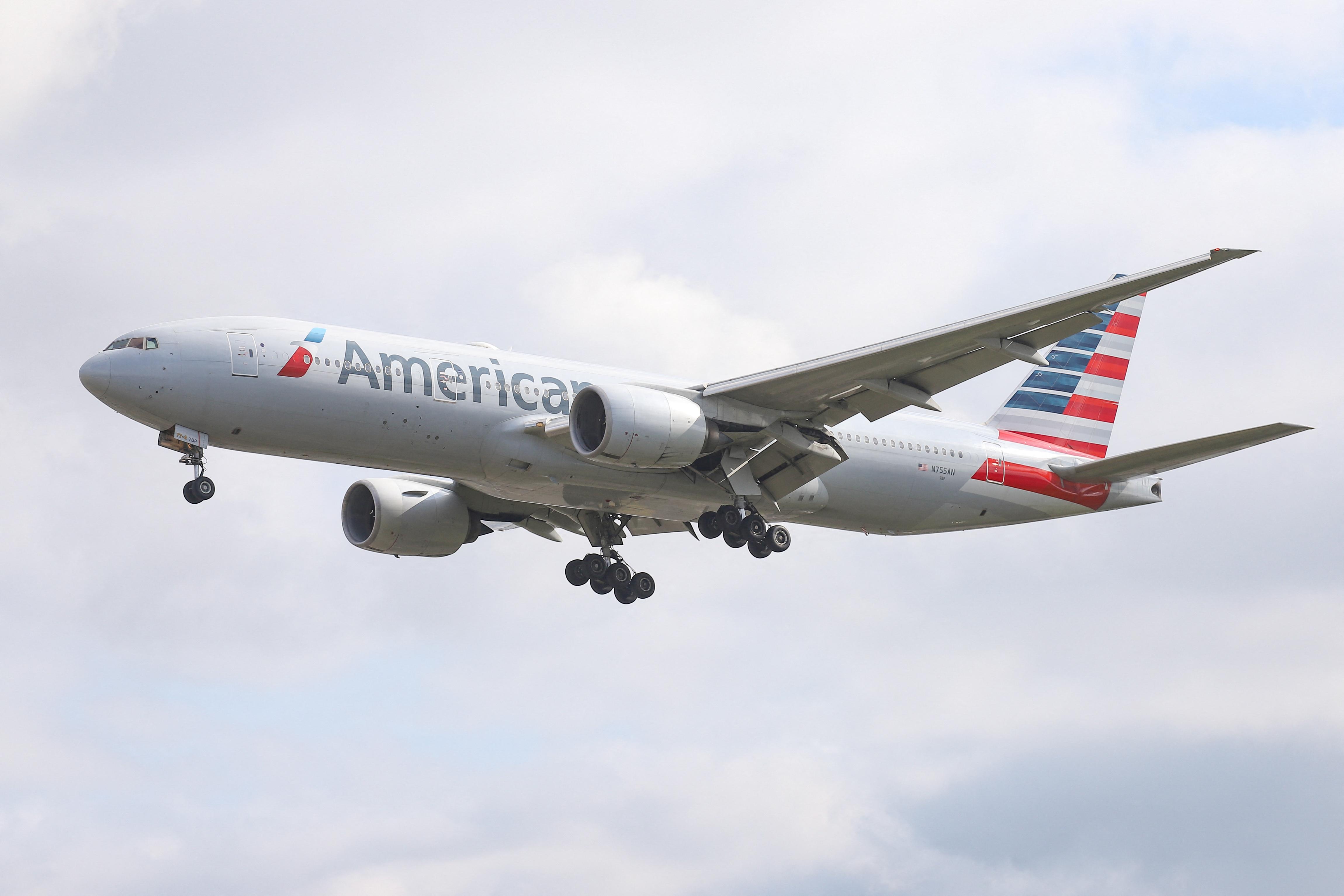 A Boeing azt tanácsolja, a 777-esek ne repüljenek, amíg le nem zárul a kigyulladt hajtómű vizsgálata