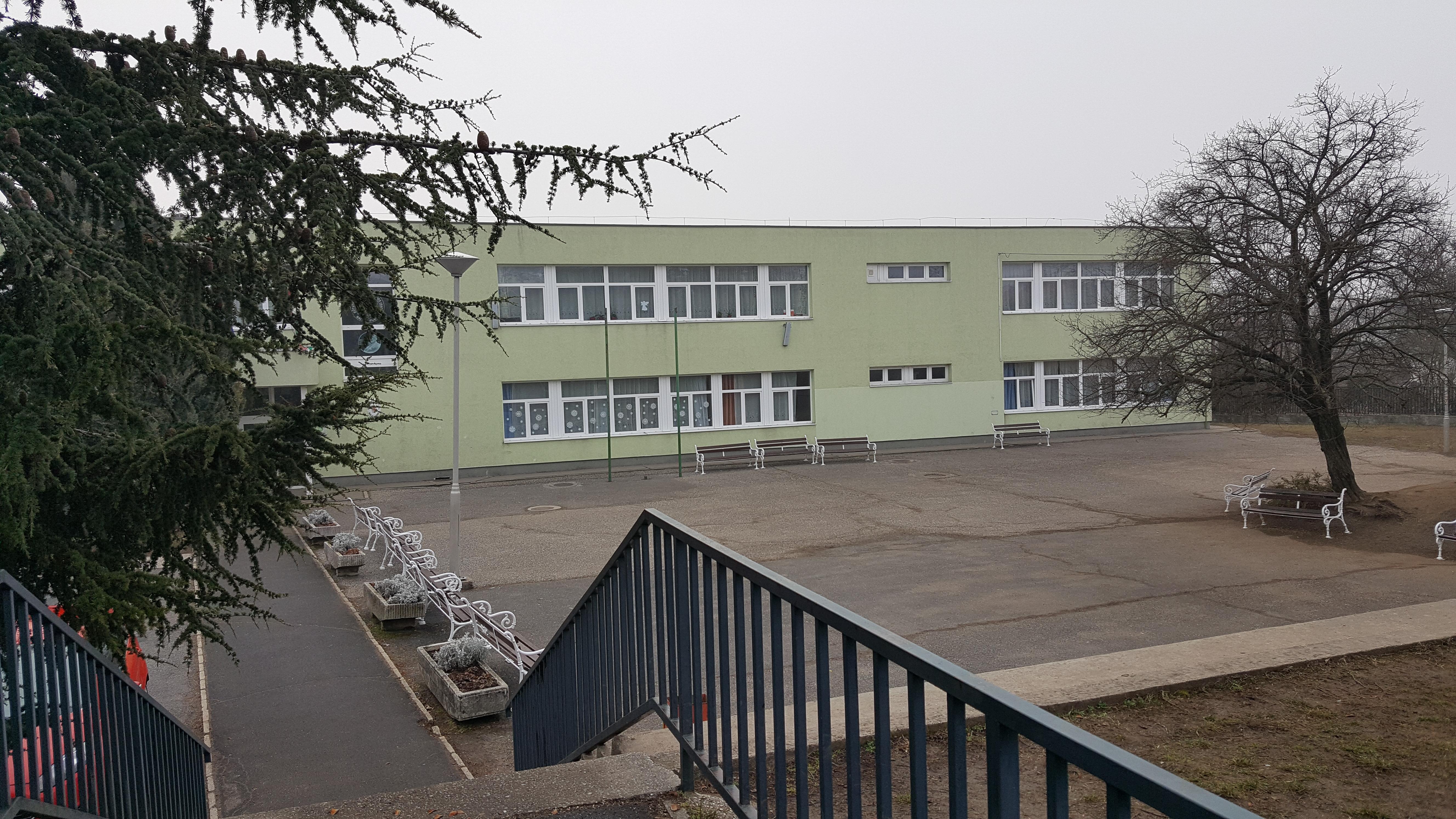 Szavaztak a balatonfüredi szülők: nem adják át a katolikusoknak az Eötvös iskolát
