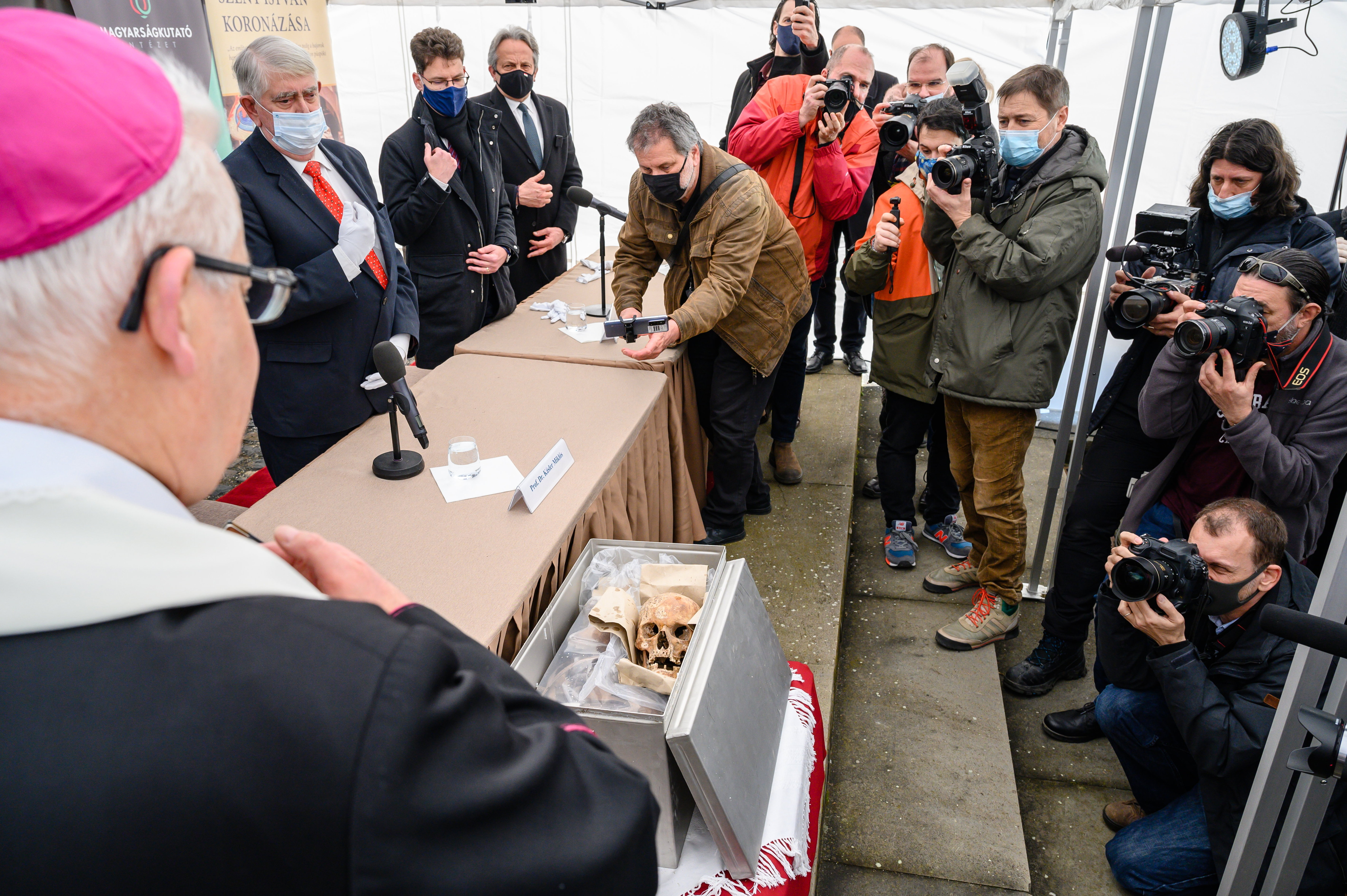 Megmenekültünk: Kásler Miklós a felszínre hozatta a székesfehérvári királycsontokat