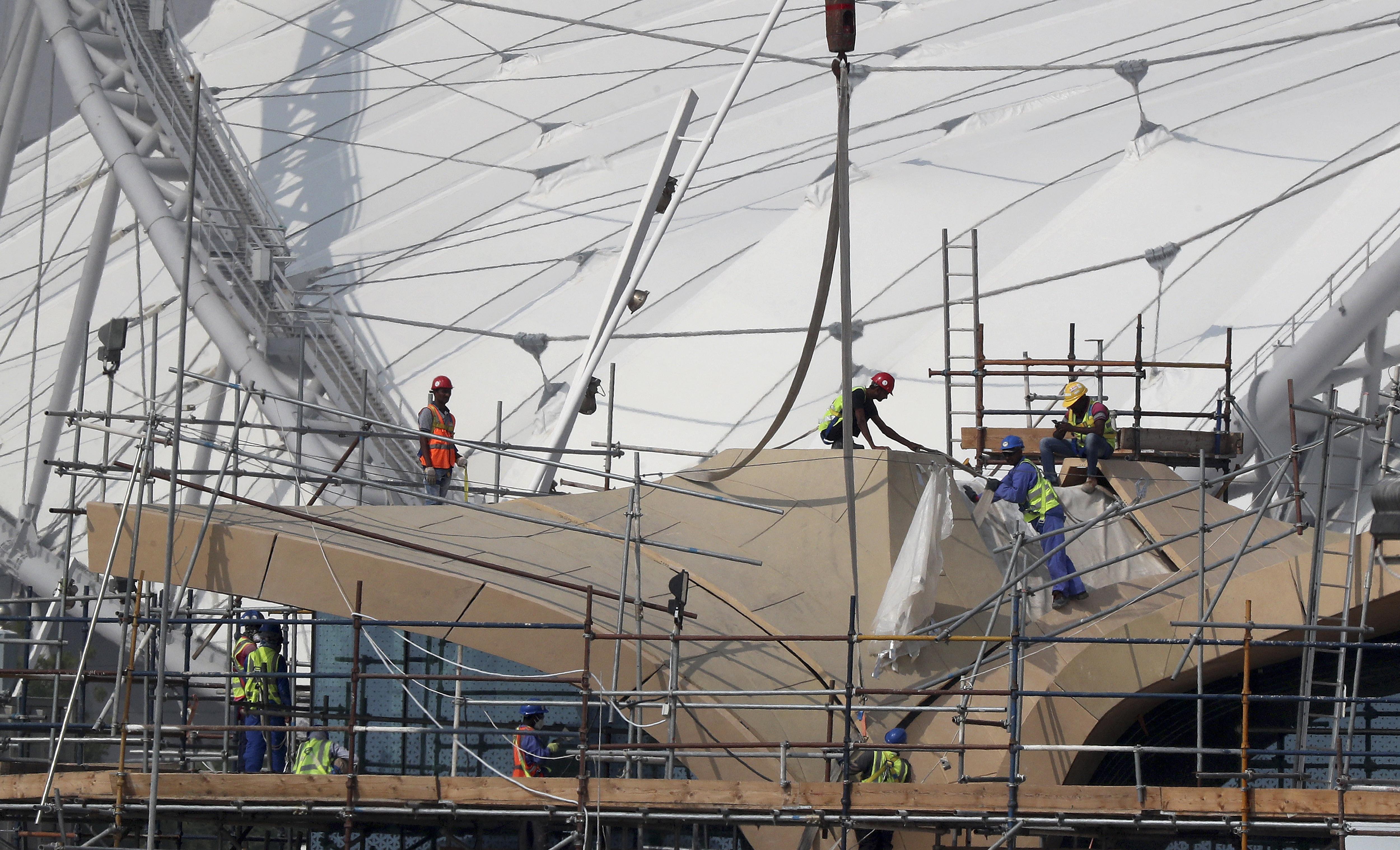 Vendégmunkások ezrei halnak meg a focivébére készülő Katarban