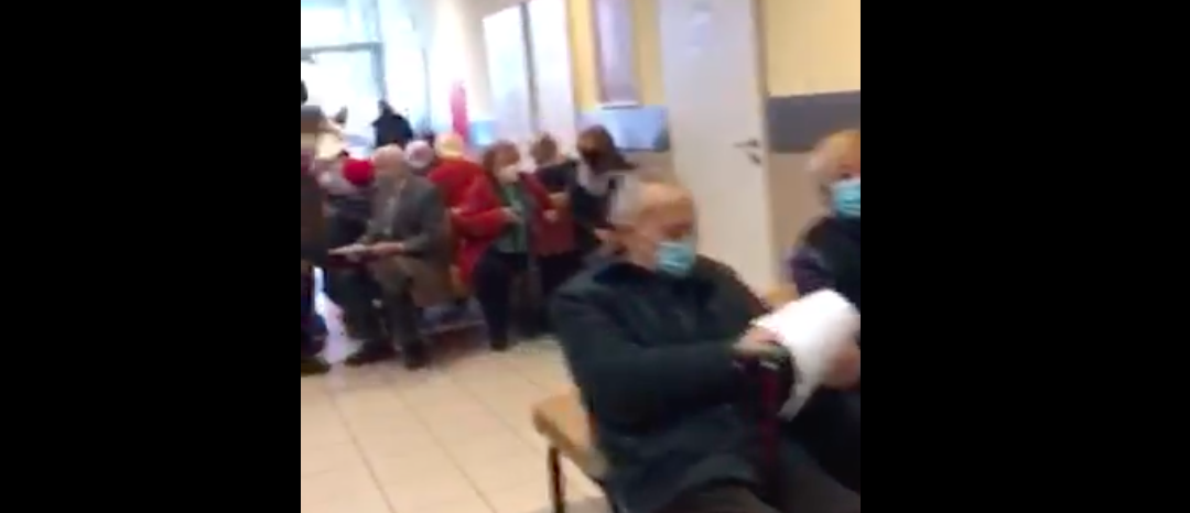 Összezsúfolódva kell várniuk az időseknek a Honvédkórházban, hogy megkapják az oltásukat