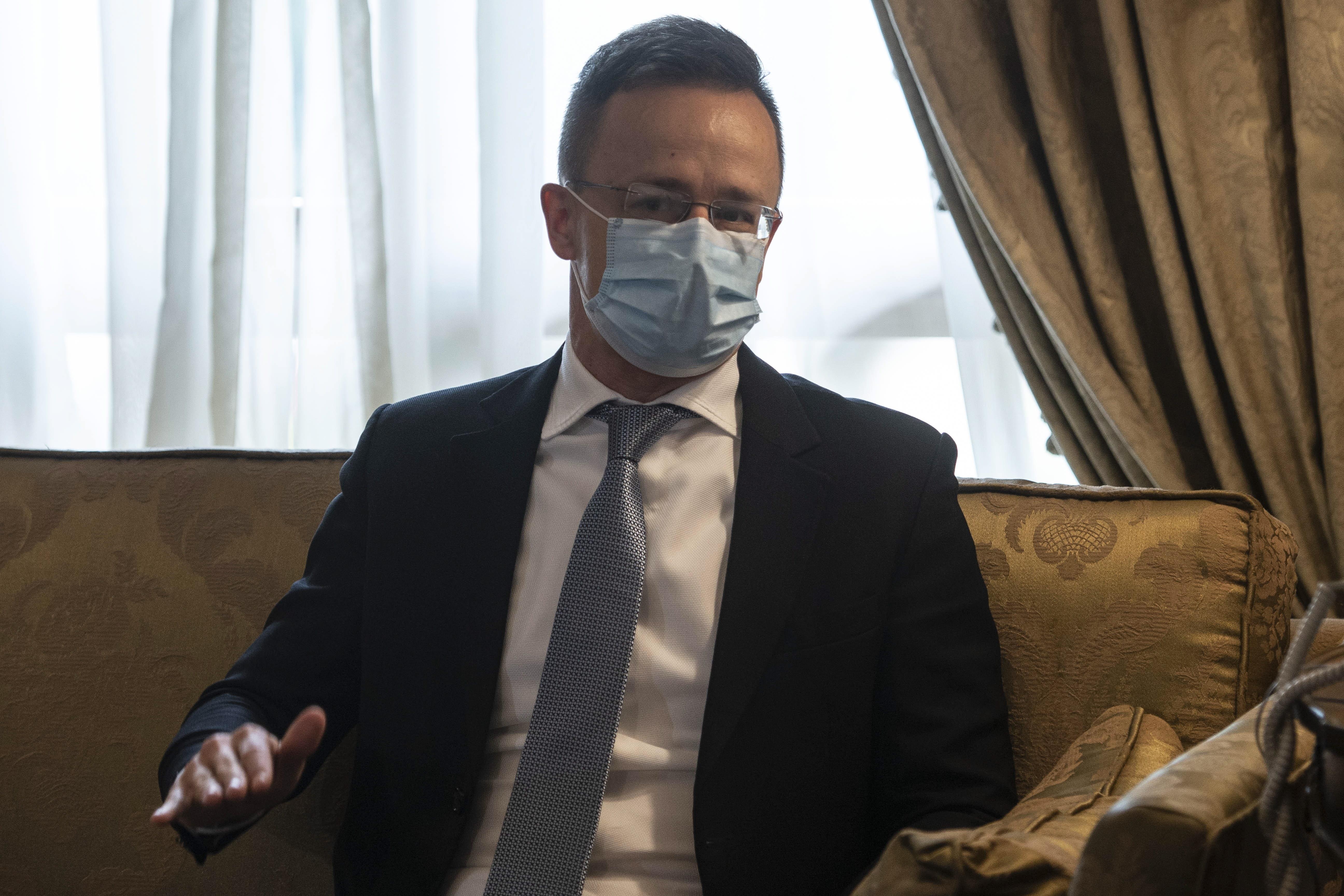 Szijjártó: A kormányülésen nem volt szó arról, hogy a mostani szigorítás FFP2-es maszkokat tenne kötelezővé