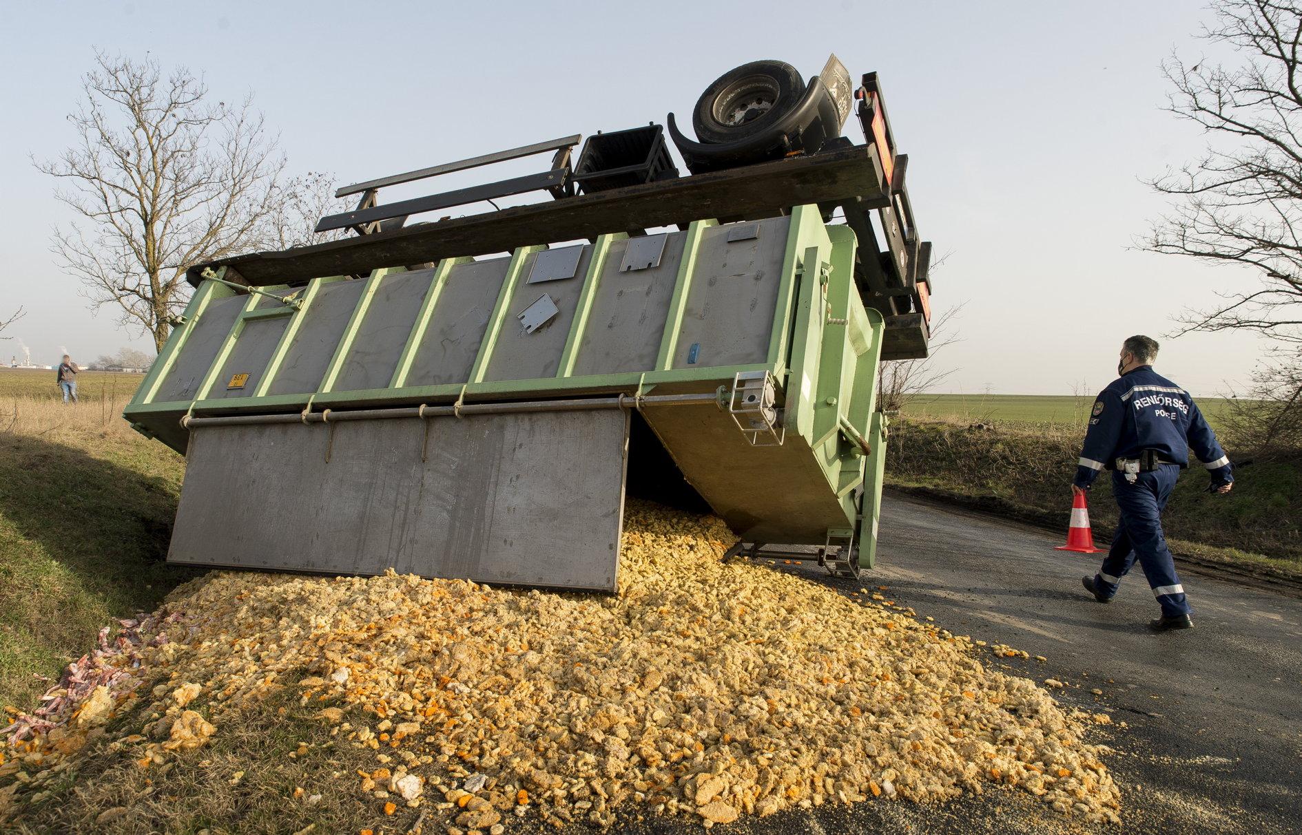 6 tonna hústermék borult az útra Győr és Bőny között