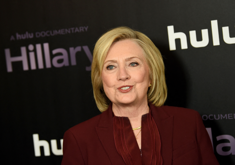 Hillary Clinton írt egy politikai thrillert