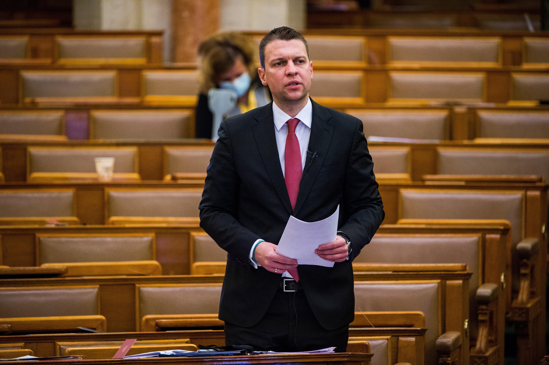 Menczer államtitkár bejelentette, hogy jön 4,5 millió keleti vakcina, de ez nem az Orbán által jelzett új keleti portyázás