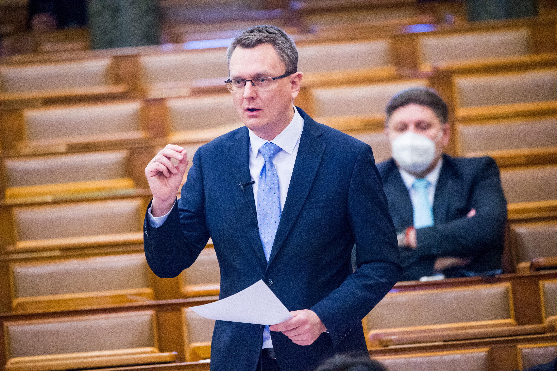 A kormány vakcinatáblázatáról kérdezett Szabó Tímea, oltásellenes baloldalozós kirohanást kapott válaszul