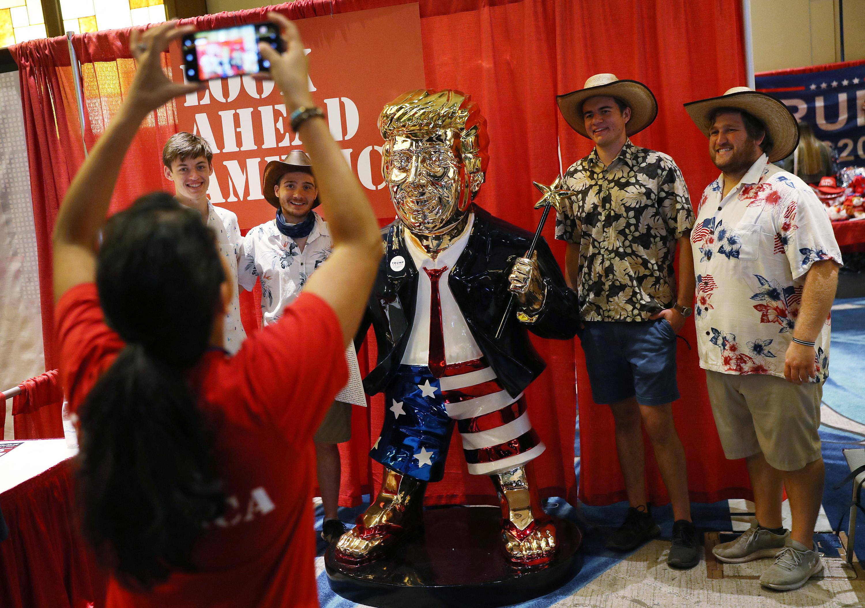 Flip-flop papucsban, csillagos pálcával a kezében gurul az aranyfejű óriás Trump