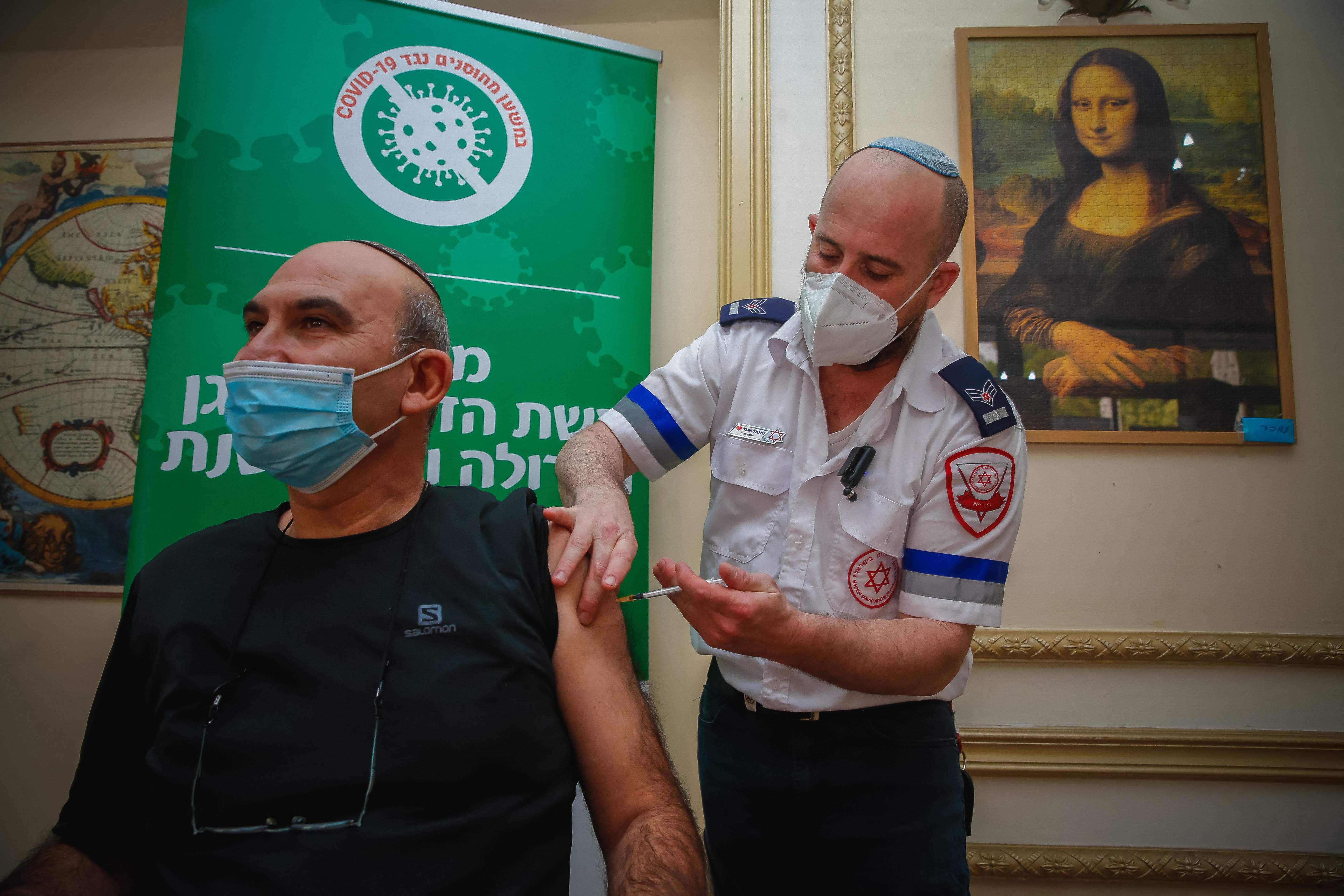 Oltják az időseket Izraelben, egyre kevésbé van szükségük lélegeztetőgépre